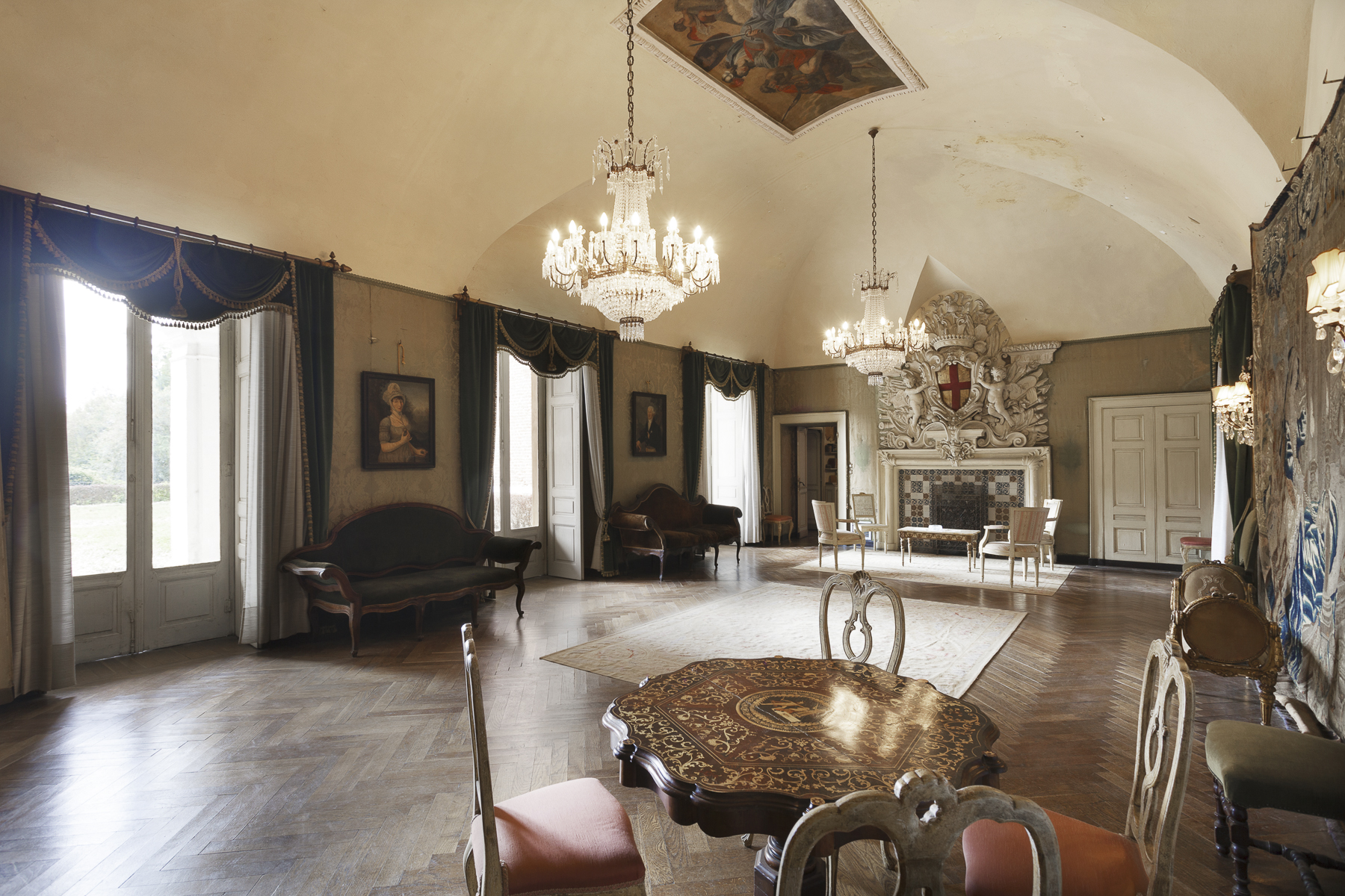 Additional photo for property listing at Medieval Castle surrounded by a secular park Piazza Statuto Dusino San Michele, Asti 14010 Italie