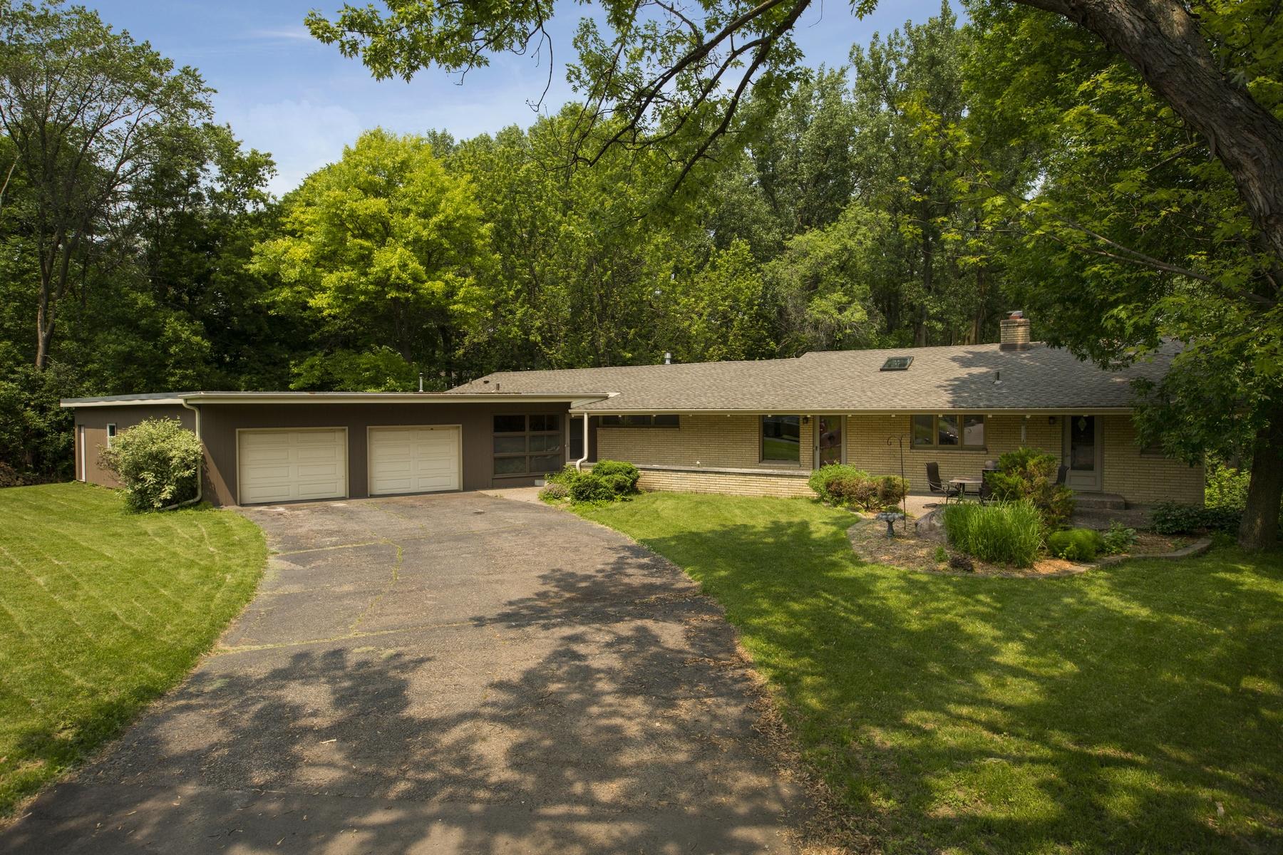 Maison unifamiliale pour l Vente à 4900 Prescott Circle Edina, Minnesota 55436 États-Unis