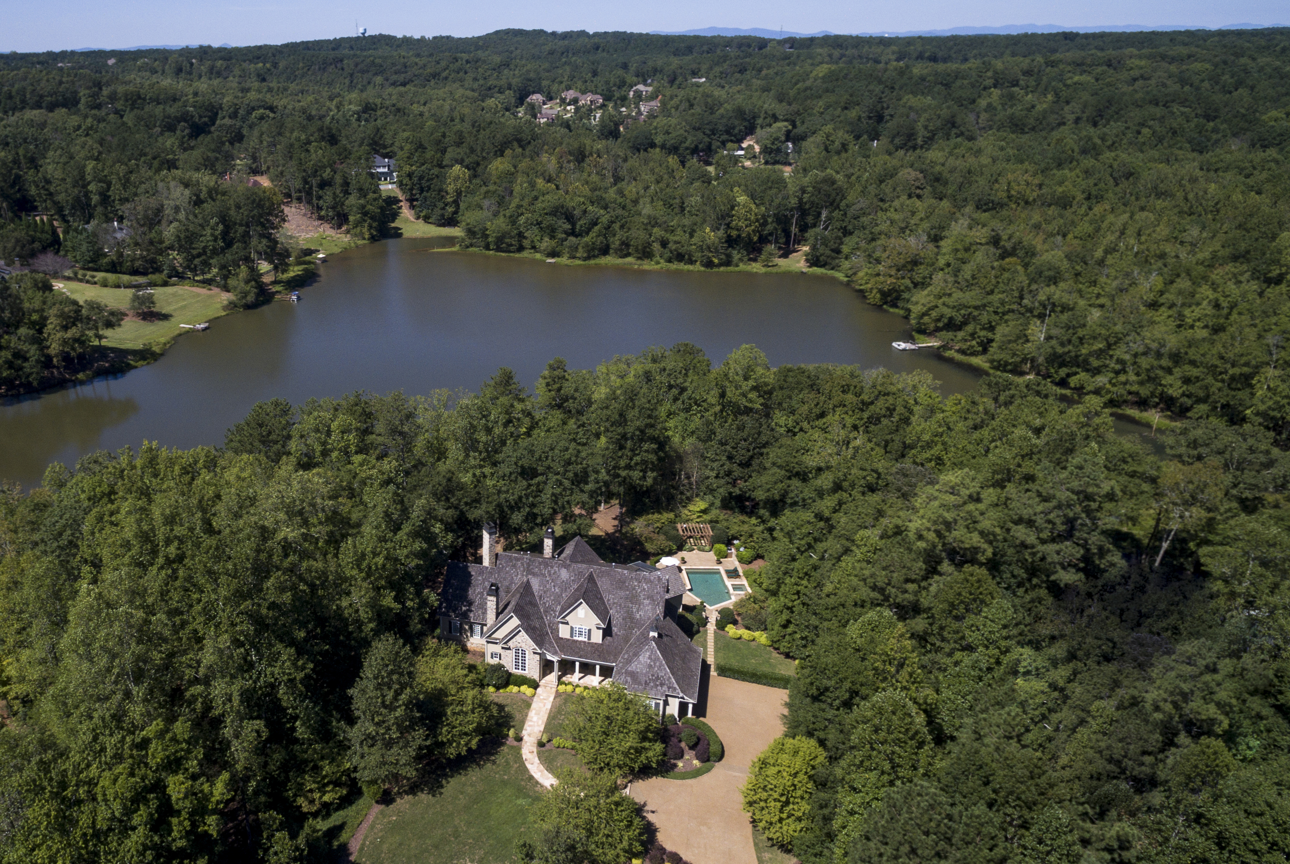Maison unifamiliale pour l Vente à Breathtaking Lakefront Estate in Milton 575 Blue Heron Way Milton, Georgia 30004 États-Unis
