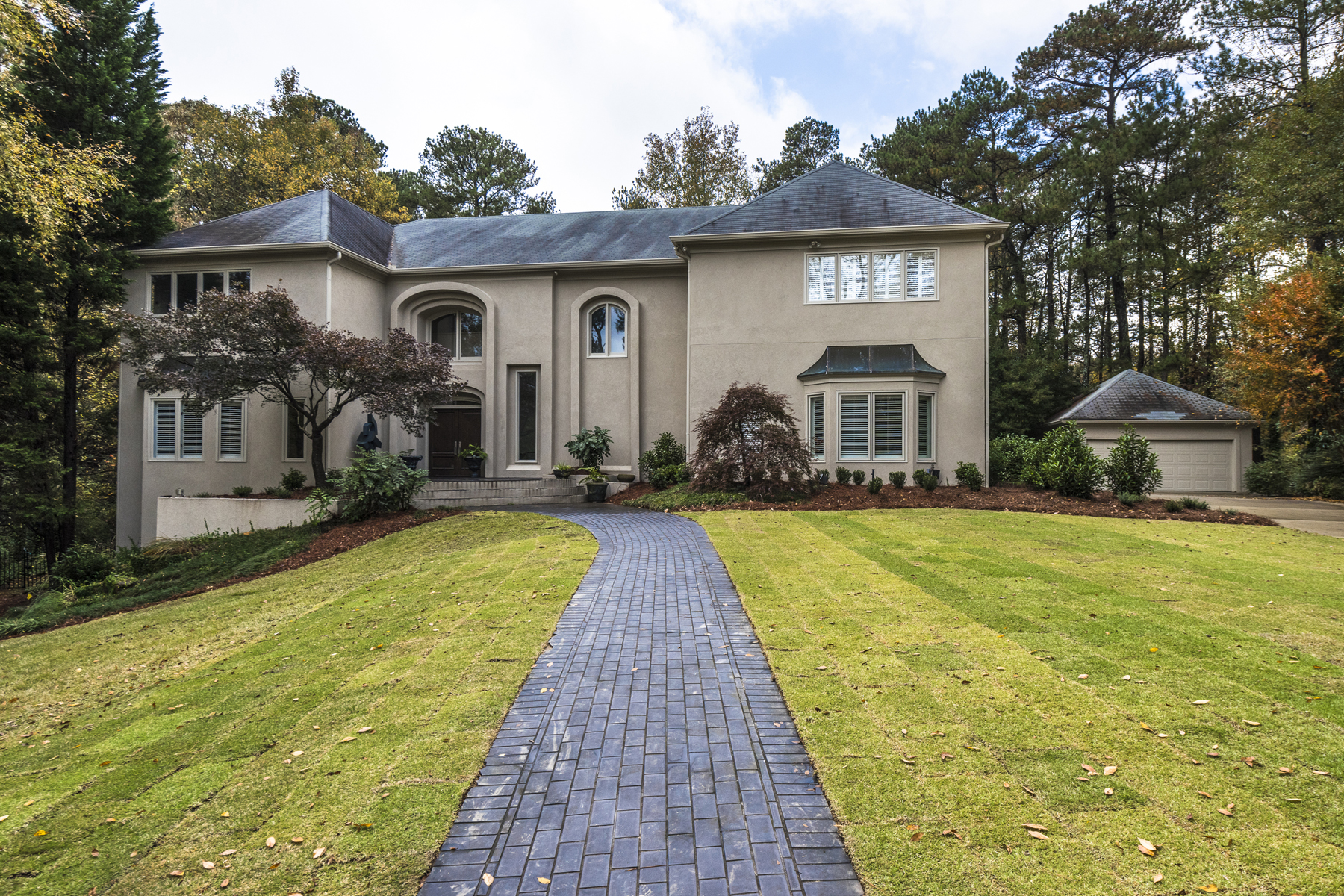 Casa Unifamiliar por un Venta en Sophisticated Light Filled Contemporary 210 N Chambord Drive NW Atlanta, Georgia 30327 Estados Unidos