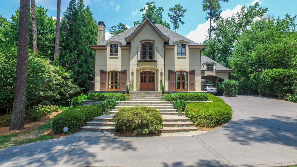 Moradia para Venda às Beautiful Home In The Heart Of Historic Brookhaven 4363 West Club Drive Brookhaven, Atlanta, Geórgia, 30319 Estados Unidos
