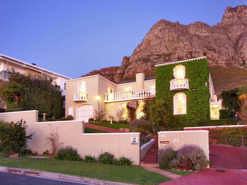 Einfamilienhaus für Verkauf beim A Constantia home in Camps Bay 25 Hely Hutchinson Avenue Cape Town, Westkap 8005 Südafrika