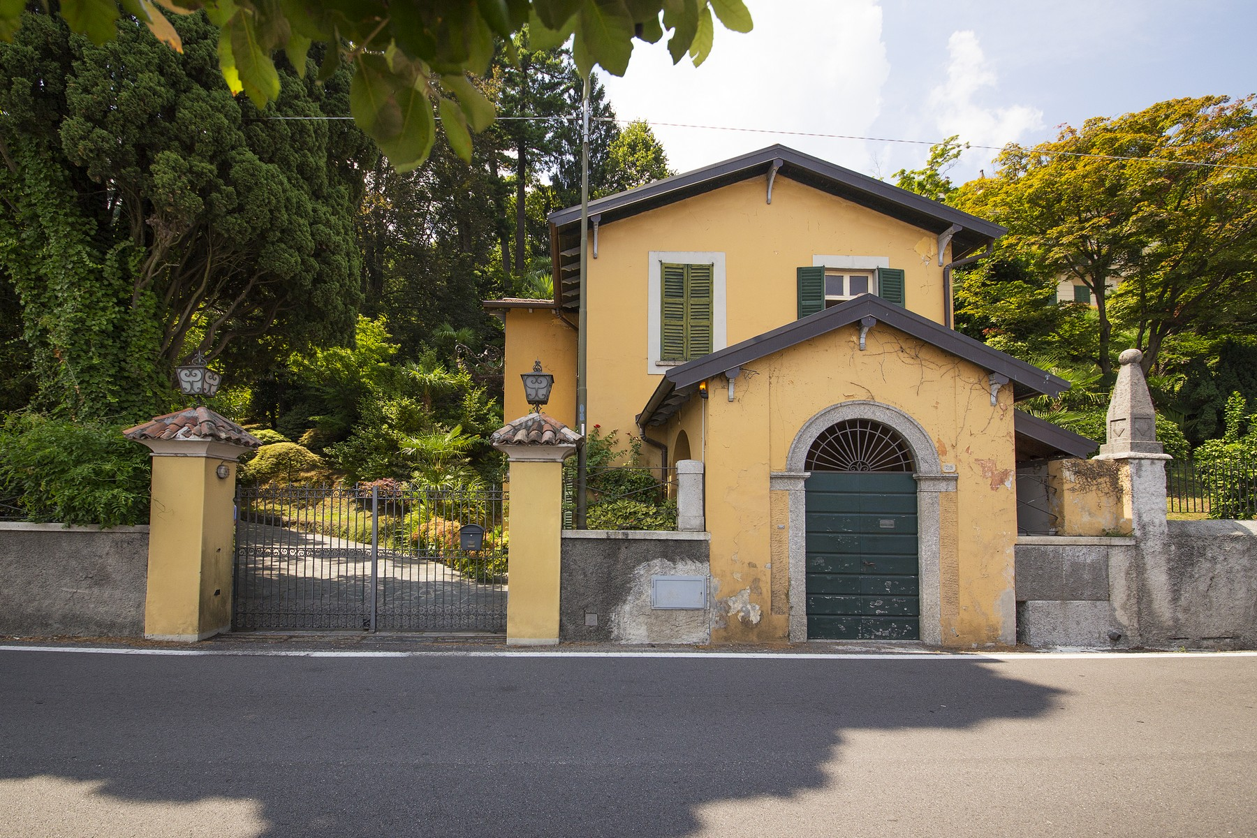 Additional photo for property listing at Elegant historic villa overlooking the Lake of Como Via Regina Griante, Como 22011 Italie