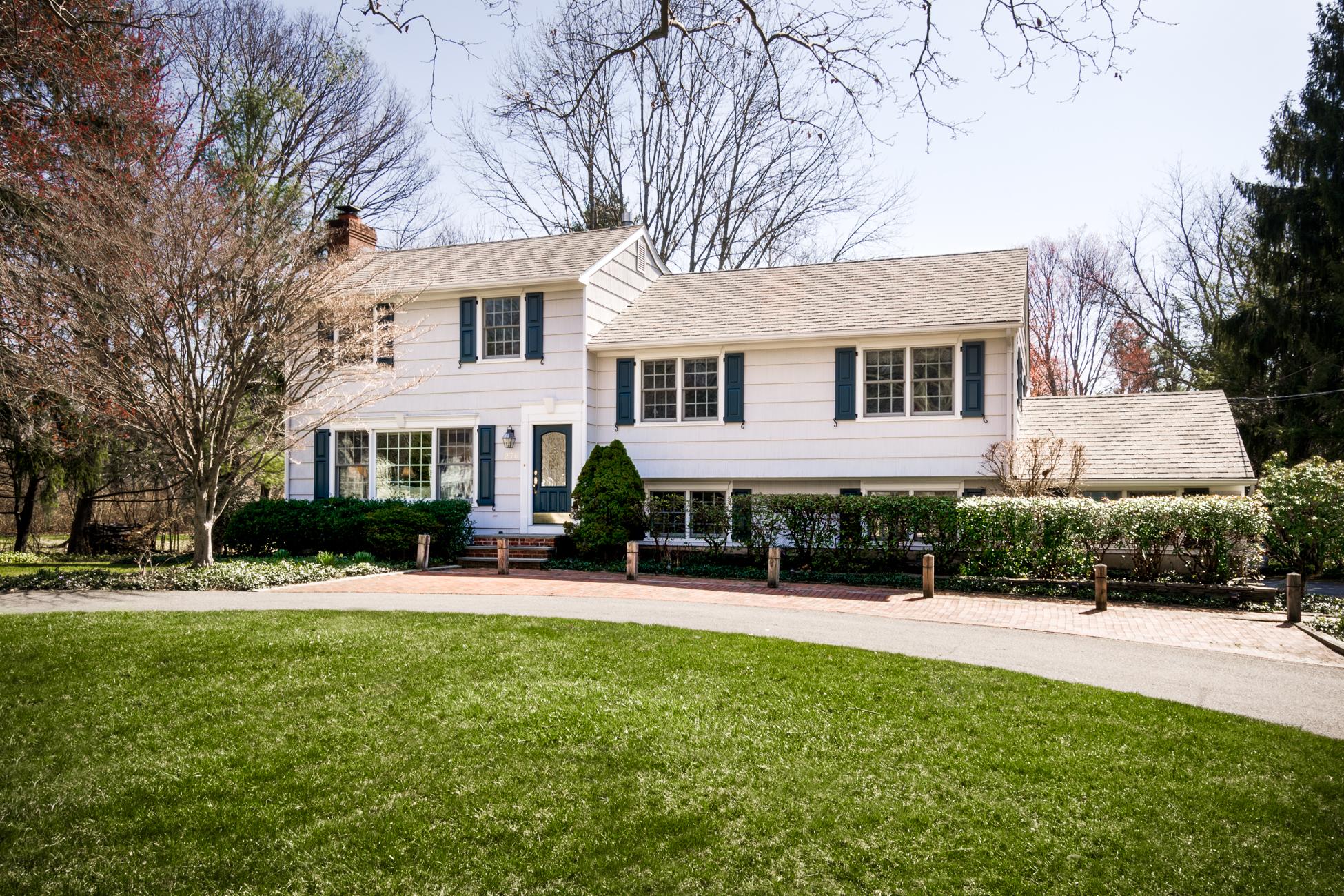 Einfamilienhaus für Verkauf beim Lovely, Park-Like Lot Embraces Littlebrook Charmer 276 Shadybrook Lane Princeton, New Jersey, 08540 Vereinigte Staaten