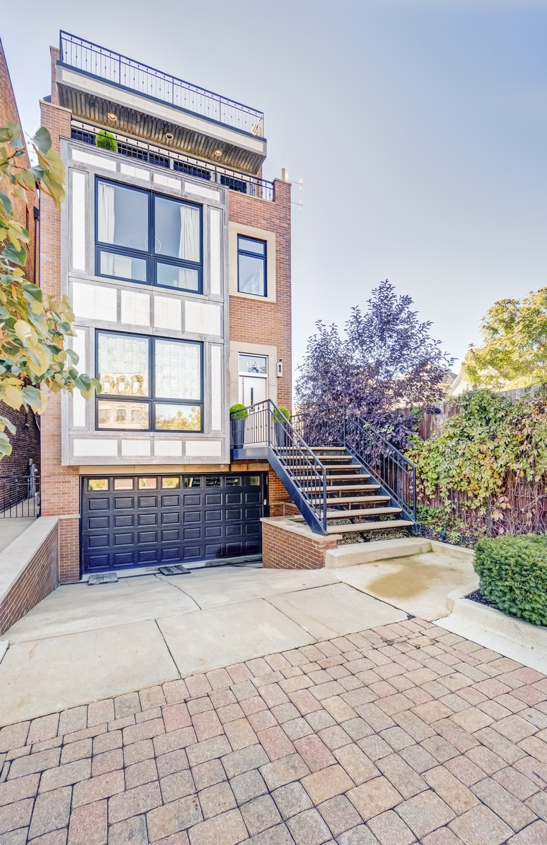 Einfamilienhaus für Verkauf beim Rarely Available Gem In Burley School District! 1761 W Surf Street North Center, Chicago, Illinois, 60657 Vereinigte Staaten