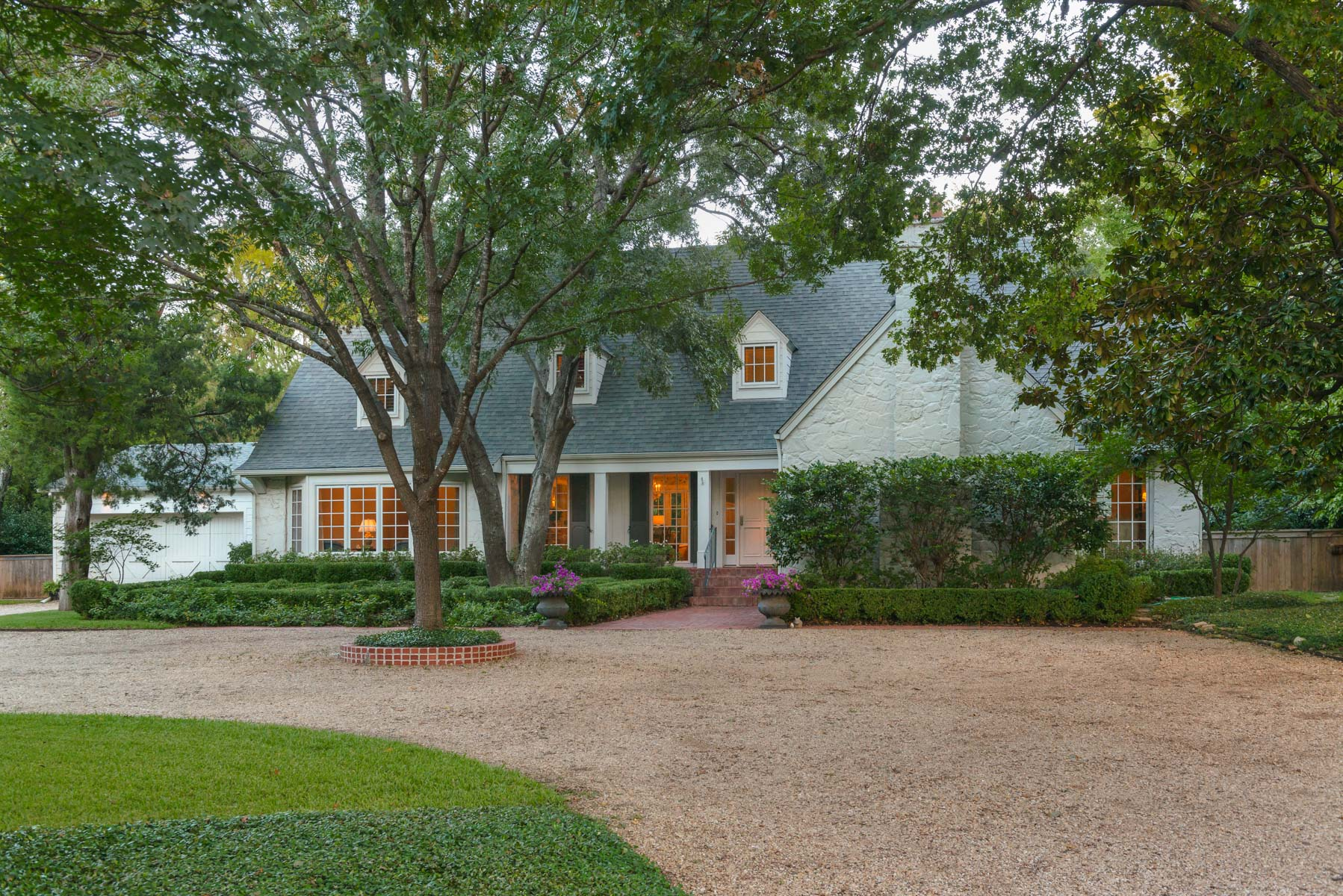 Maison unifamiliale pour l Vente à Updated Preston Hollow Estate 9500 Inwood Rd Dallas, Texas, 75220 États-Unis