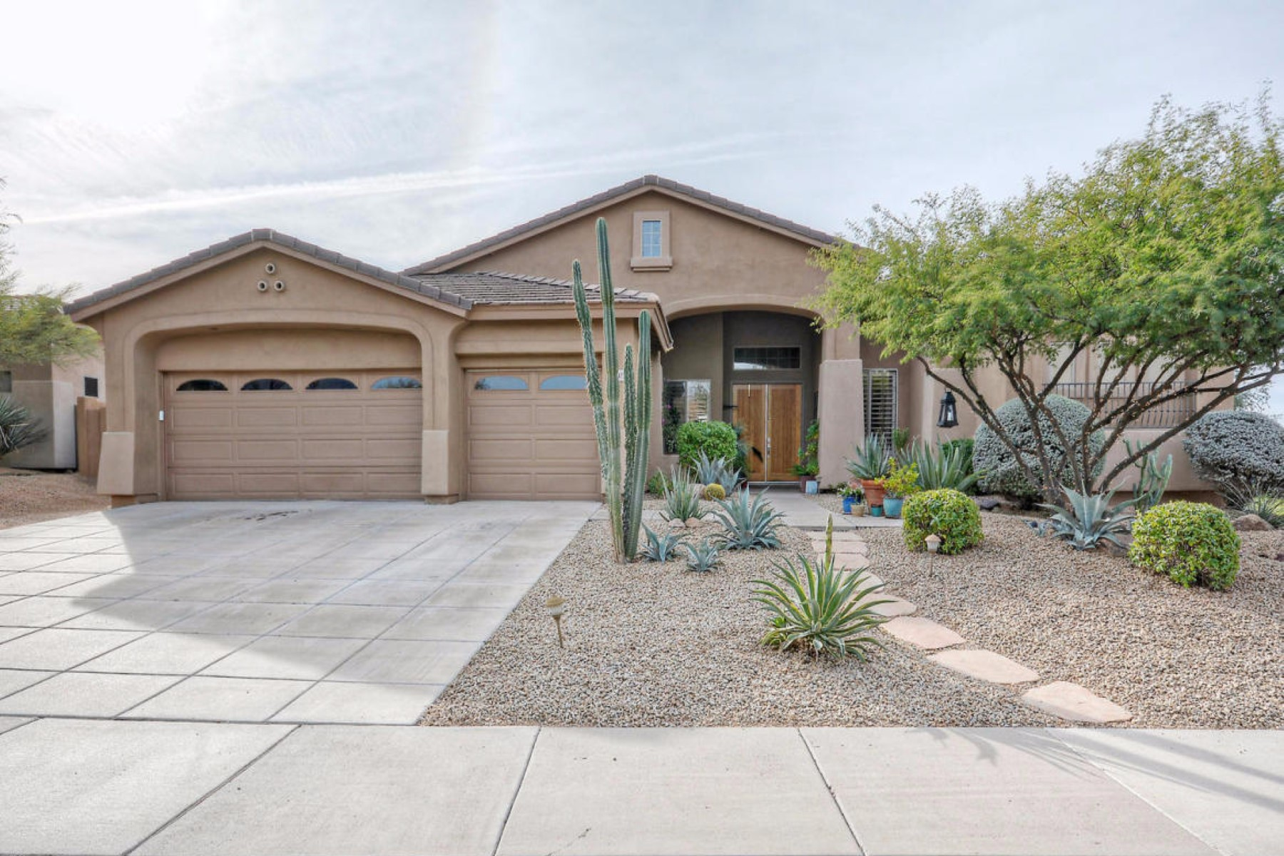 Maison unifamiliale pour l Vente à Warm and sophisticated home in the much loved community of Los Alisos 5745 E NIGHT GLOW CIR Scottsdale, Arizona 85266 États-Unis