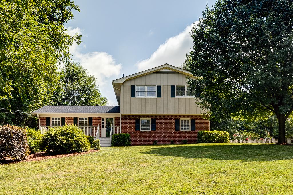 Moradia para Venda às Four Bedroom Home in Lockridge Forest 6720 Ramundo Drive Atlanta, Geórgia 30360 Estados Unidos