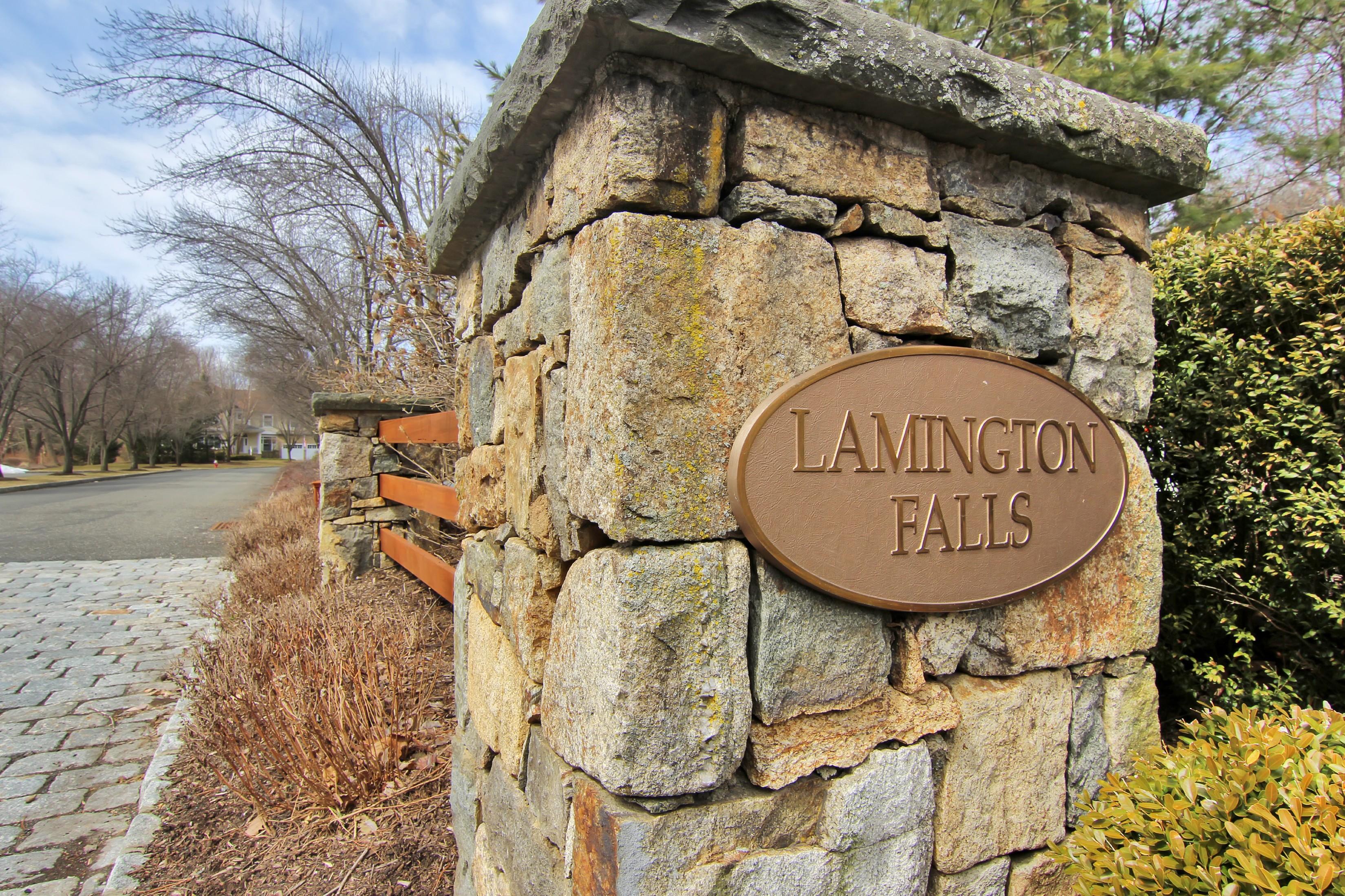 Villetta a schiera per Vendita alle ore Immaculate Lamington Falls Townhome 202 Lindabury Lane Tewksbury Township, New Jersey, 07830 Stati Uniti