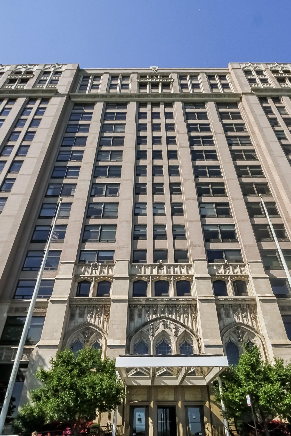 콘도미니엄 용 매매 에 Completely Renovated Two Bed Two Bath Unit 680 N Lake Shore Drive Unit 708 Near North Side, Chicago, 일리노이즈, 60611 미국