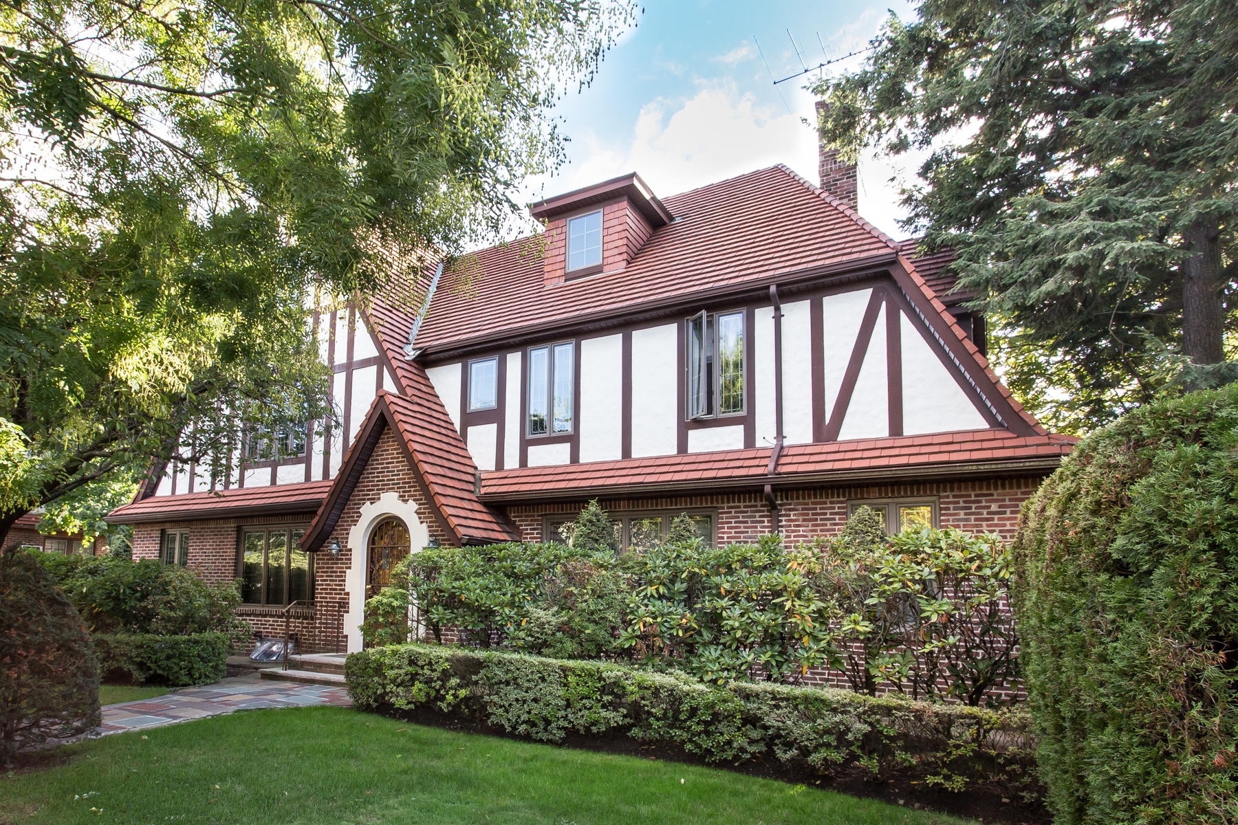 "獨棟家庭住宅 為 出售 在 ""FINELY RENOVATED TUDOR HOME"" 71-06 Ingram Street, Forest Hills, 紐約州 11375 美國"