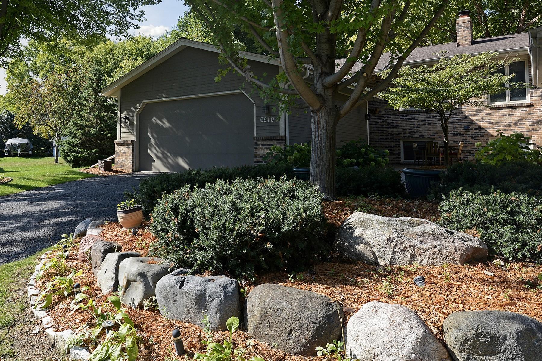 独户住宅 为 销售 在 6510 Kirkwood Circle Chanhassen, 明尼苏达州 55331 美国