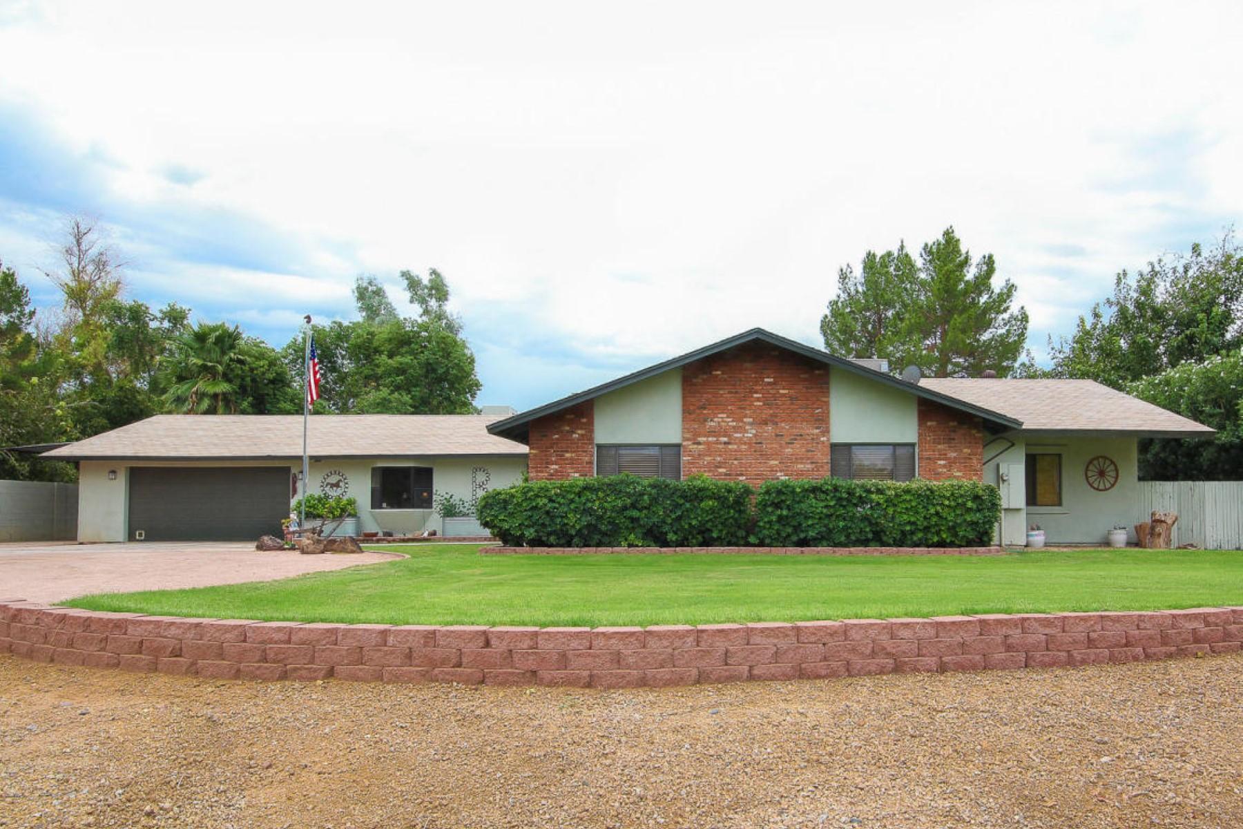Casa para uma família para Venda às Wonderful home on almost 1 acre in popular Sunburst Farms East 5211 E Sweetwater Ave Scottsdale, Arizona 85254 Estados Unidos