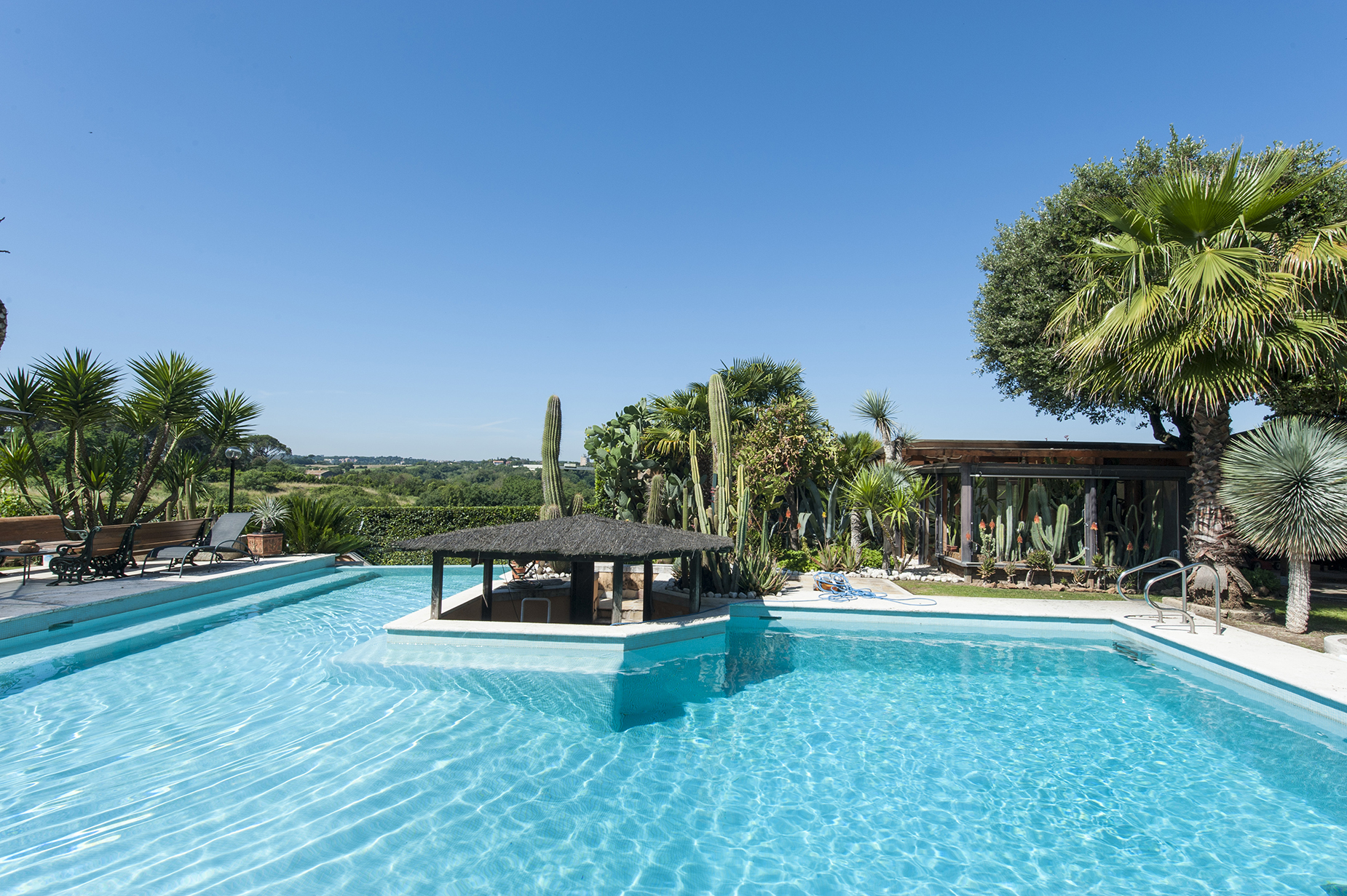 Additional photo for property listing at Wonderful Villa with pool in the northern site of the city Via di Valle Vescovo Rome, Rome 00189 Italien