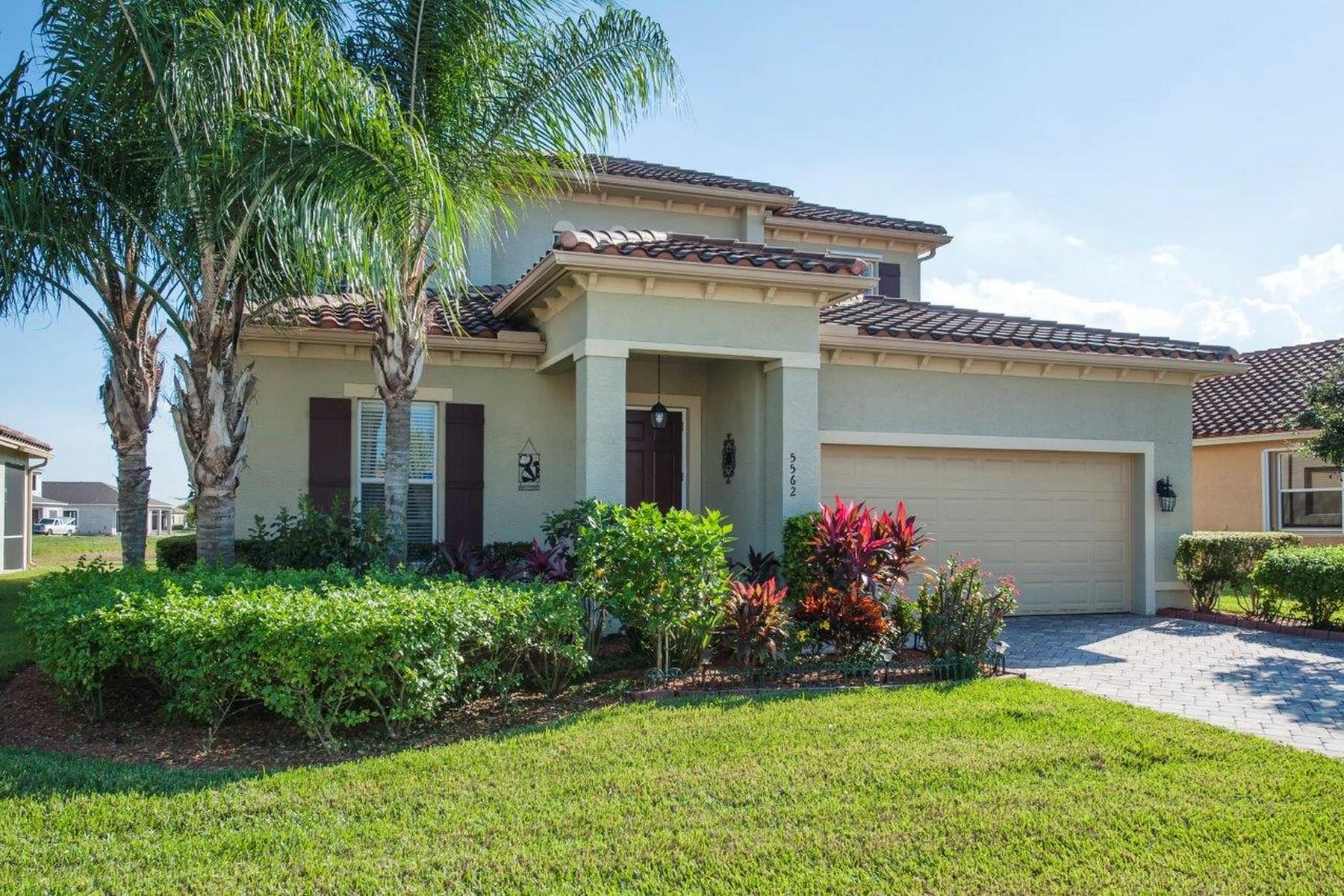 Casa Unifamiliar por un Venta en Gorgeous Verolago Home on Lake 5562 57th Way Vero Beach, Florida, 32967 Estados Unidos