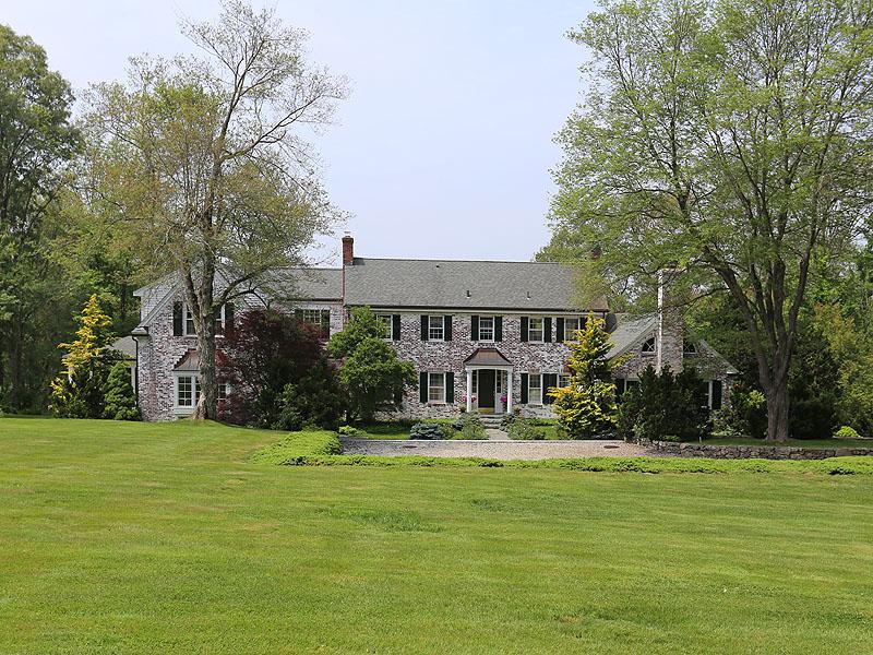 Moradia para Venda às Timeless Brick Country Manor 115 Hunting Lane Sherborn, Massachusetts 01770 Estados Unidos