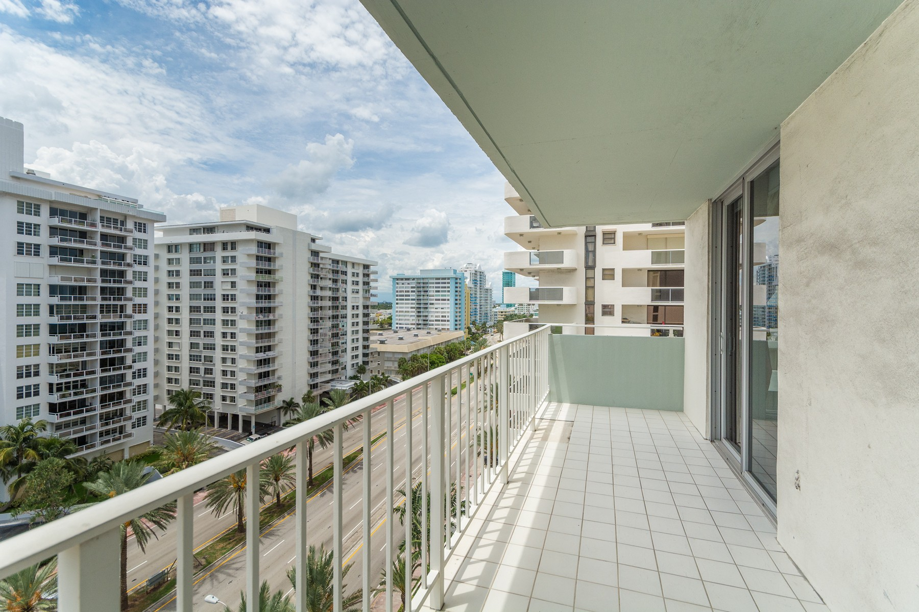 Condominio por un Venta en 5701 Collins Ave. #1015 5701 Collins Ave. Unit 1015 Miami Beach, Florida 33140 Estados Unidos