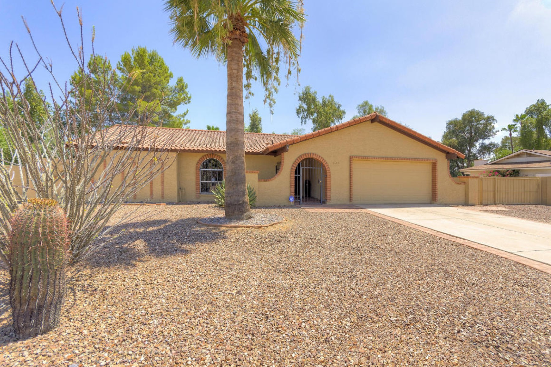 獨棟家庭住宅 為 出售 在 Charming home situated on nearly a 1/3 acre lot. 5809 E LUDLOW DR Scottsdale, 亞利桑那州 85254 美國