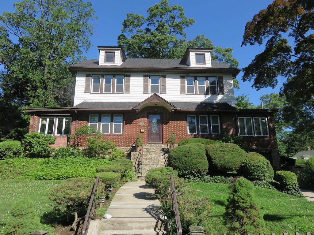 Einfamilienhaus für Verkauf beim MANOR COLONIAL ON CORNER LOT 1307 Roosevelt Avenue Pelham, New York 10803 Vereinigte Staaten