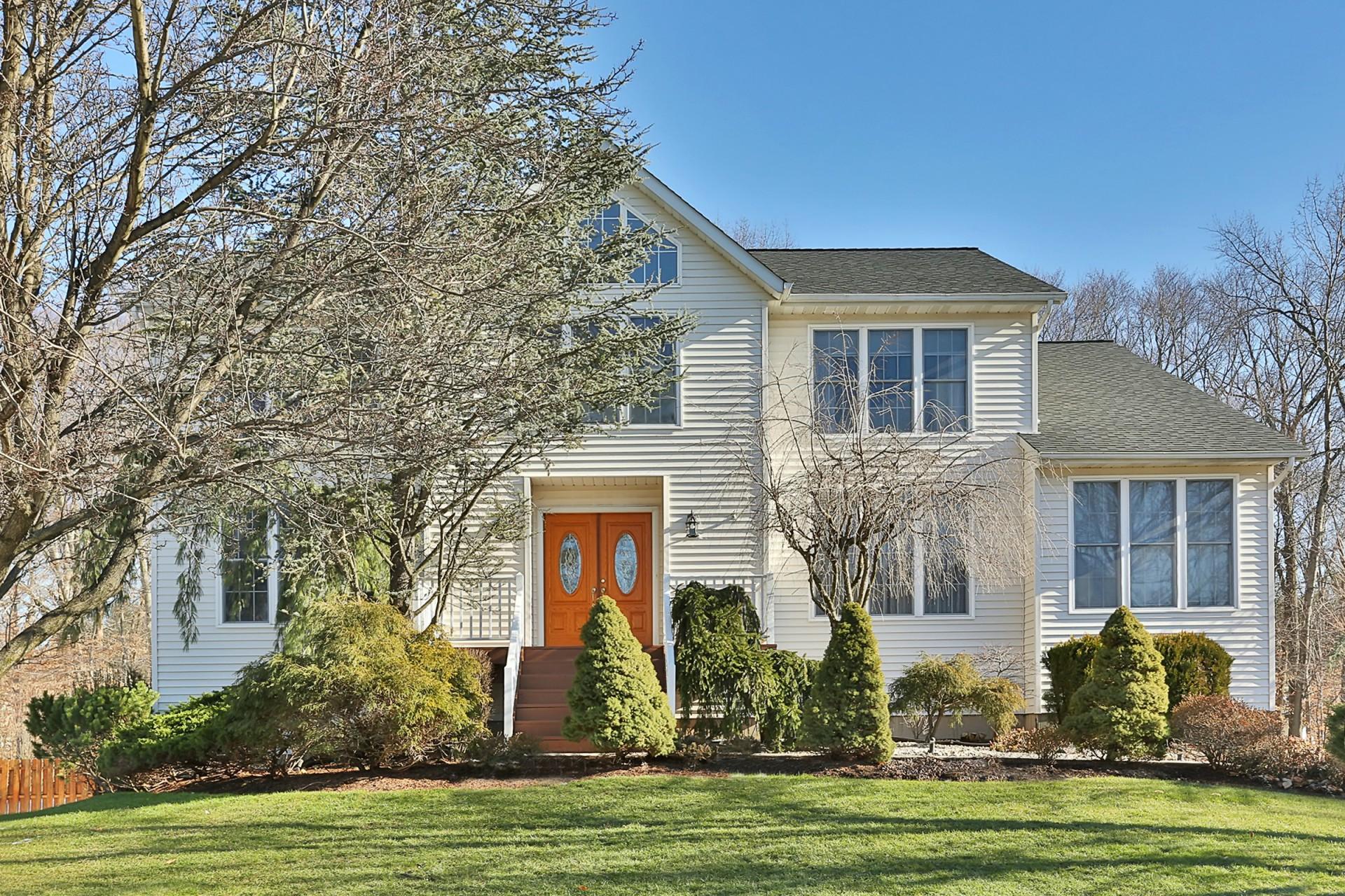단독 가정 주택 용 매매 에 Beautiful Colonial 51 Cranford Drive Clarkstown, 뉴욕, 10956 미국