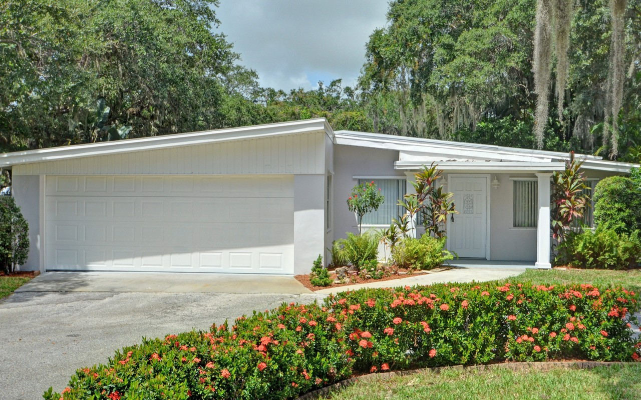Maison unifamiliale pour l Vente à Central Beach Home 3615 Indian River Drive Vero Beach, Florida, 32963 États-Unis