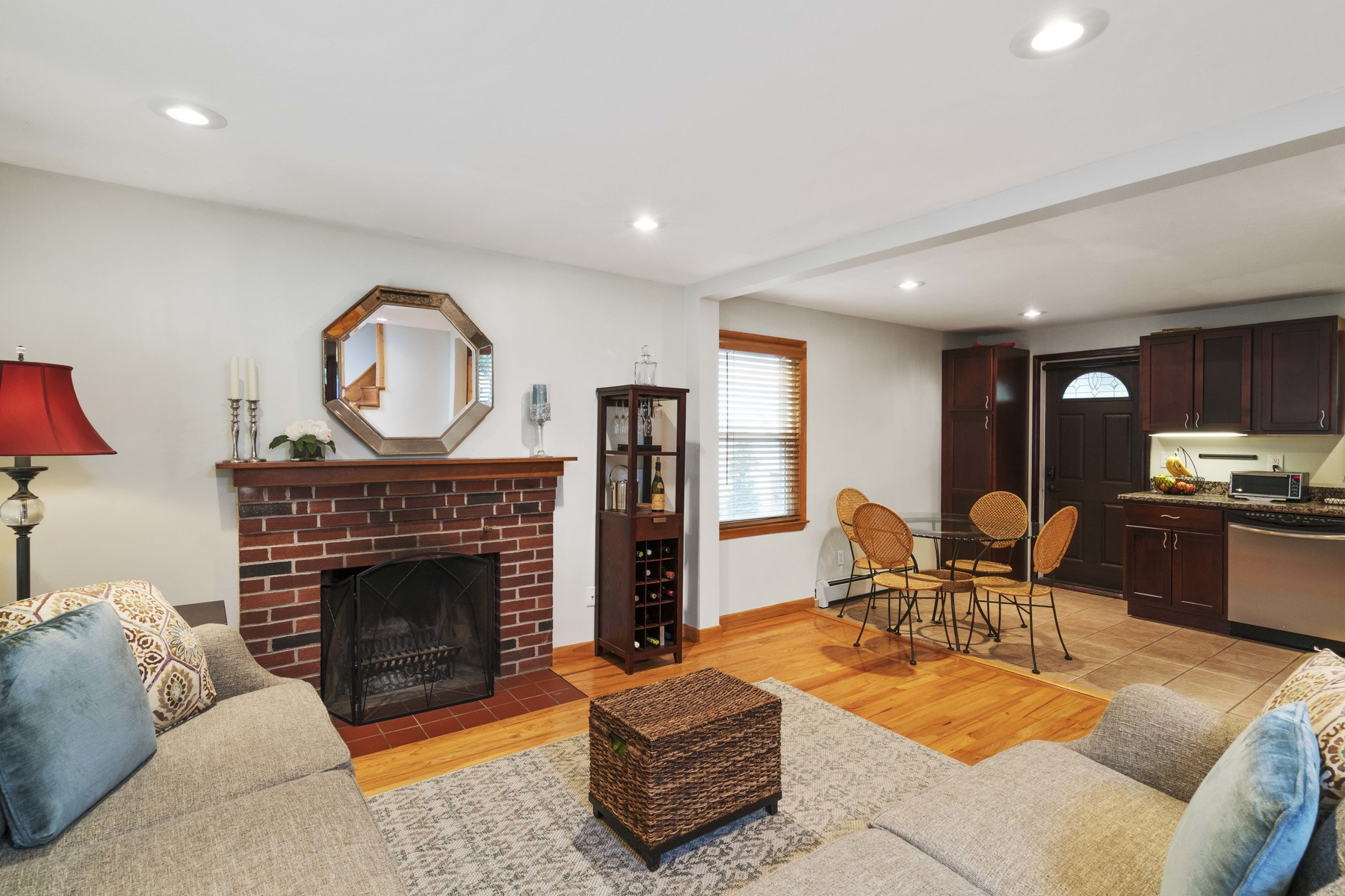 Nhà ở một gia đình vì Bán tại Beautiful and rare Cape home with four bedrooms, two full bathrooms, an open lay 92 Glenellen Rd West Roxbury, Boston, Massachusetts, 02132 Hoa Kỳ