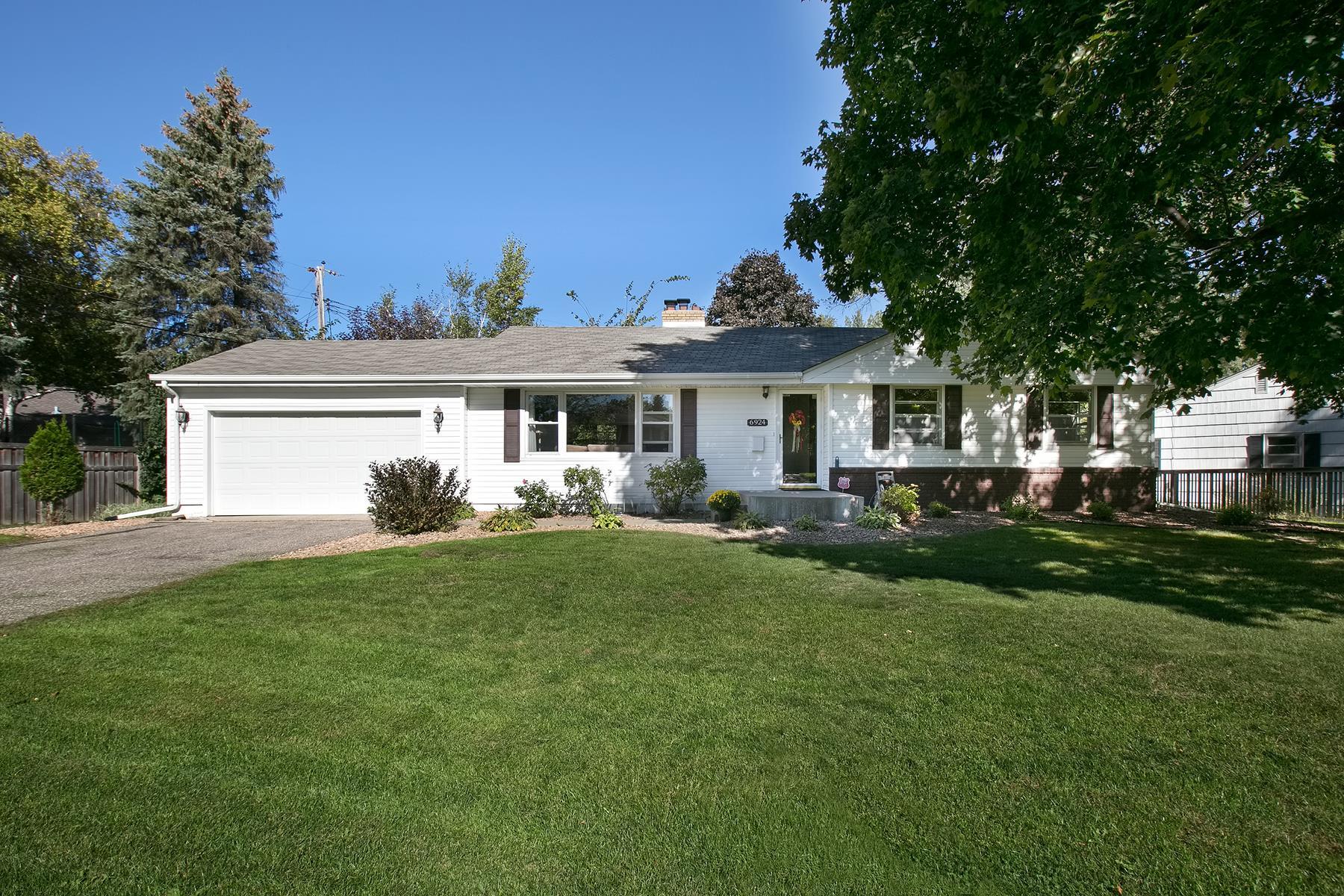 Maison unifamiliale pour l Vente à 6924 Southdale Road Edina, Minnesota 55435 États-Unis