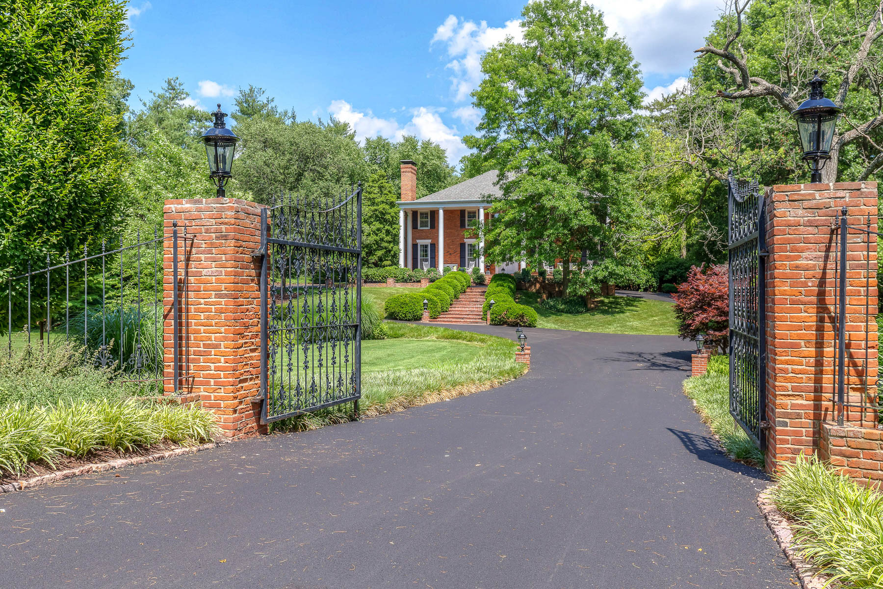 Maison unifamiliale pour l Vente à Grand Colonial on nearly 2 acres 9252 Clayton Road Ladue, Missouri, 63124 États-Unis