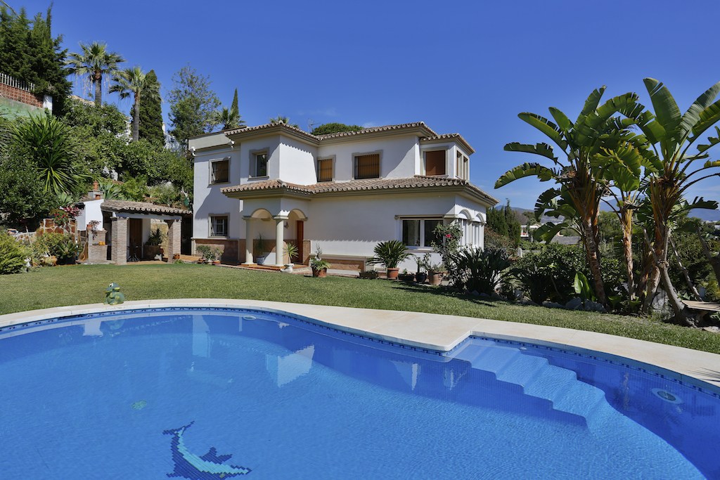 Tek Ailelik Ev için Satış at Lovely villa on golf valley Nueva Andalucía Marbella, Costa Del Sol, 29660 Ispanya
