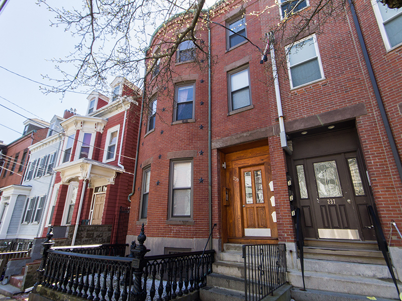 Casa Multifamiliar por un Venta en Pristine Three Family 239 Webster Street East Boston, Boston, Massachusetts 02128 Estados Unidos