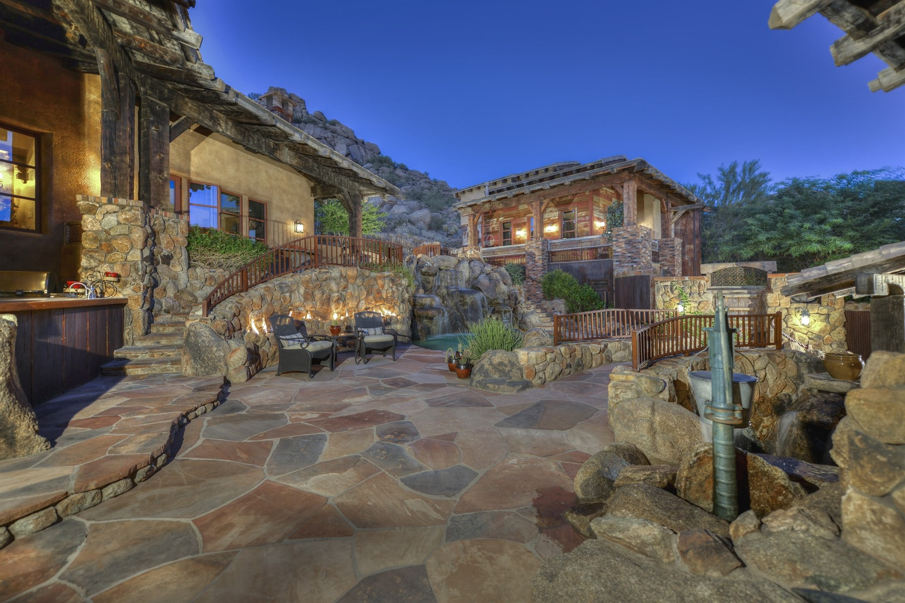 Casa Unifamiliar por un Venta en Elegant and Rustic Arizona-style on an elevated lot in Estancia 27555 N 103rd Way Scottsdale, Arizona, 85262 Estados Unidos