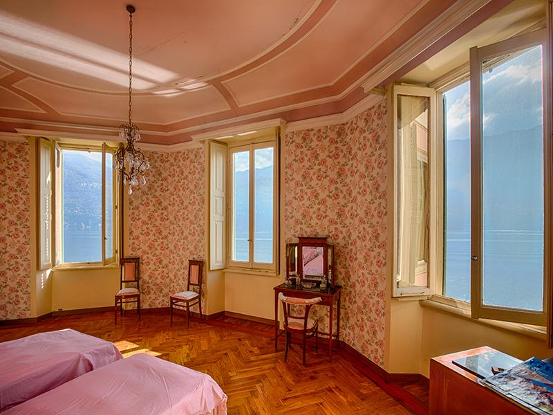 Additional photo for property listing at Splendid villa with wharf on Lake Como Via Regina Carate Urio, Como 22010 Italie