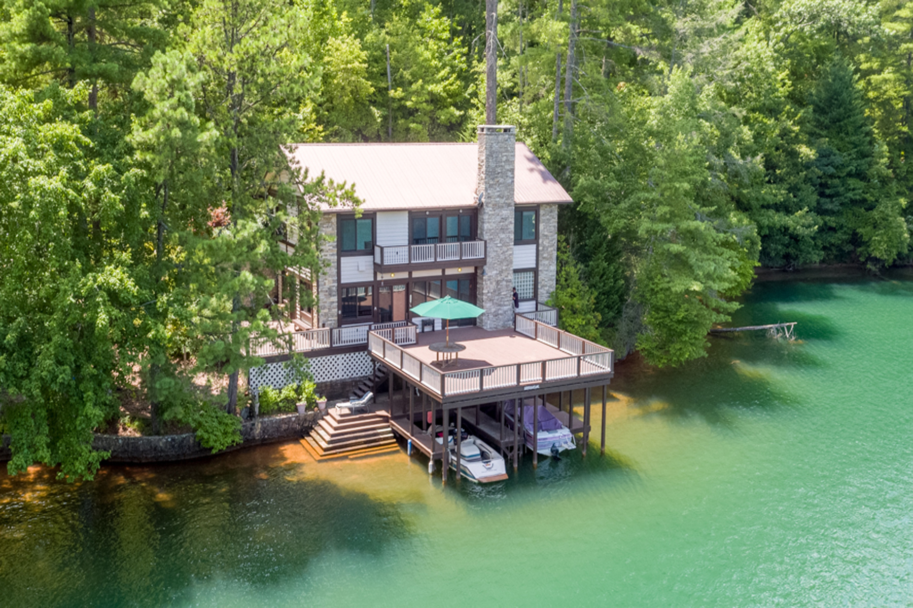 Villa per Vendita alle ore Lakefront On Lake Rabun! What More Could You Want!! 523 Levi Lane Lakemont, Georgia 30552 Stati Uniti