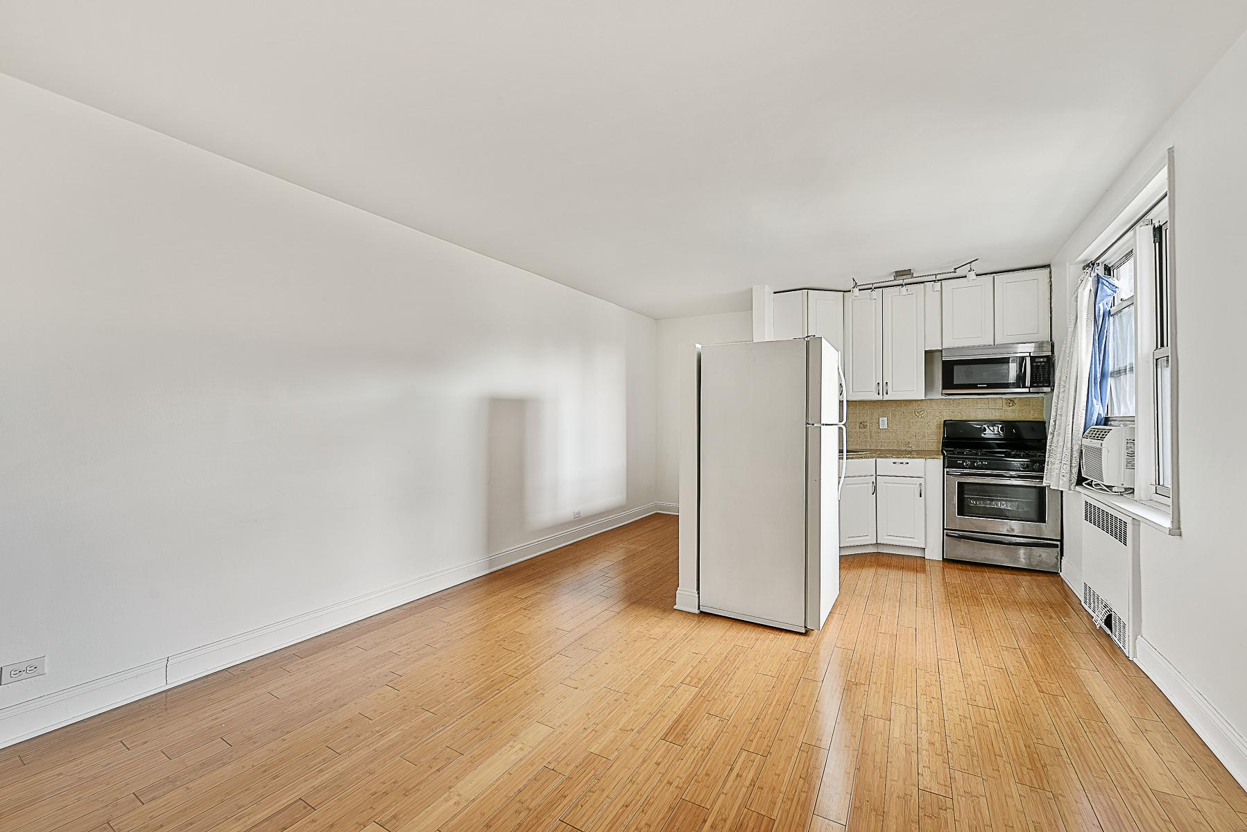 Société civile immobilière pour l Vente à Large and Sunny Alcove Studio 5635 Netherland Avenue 3F Riverdale, New York, 10471 États-Unis