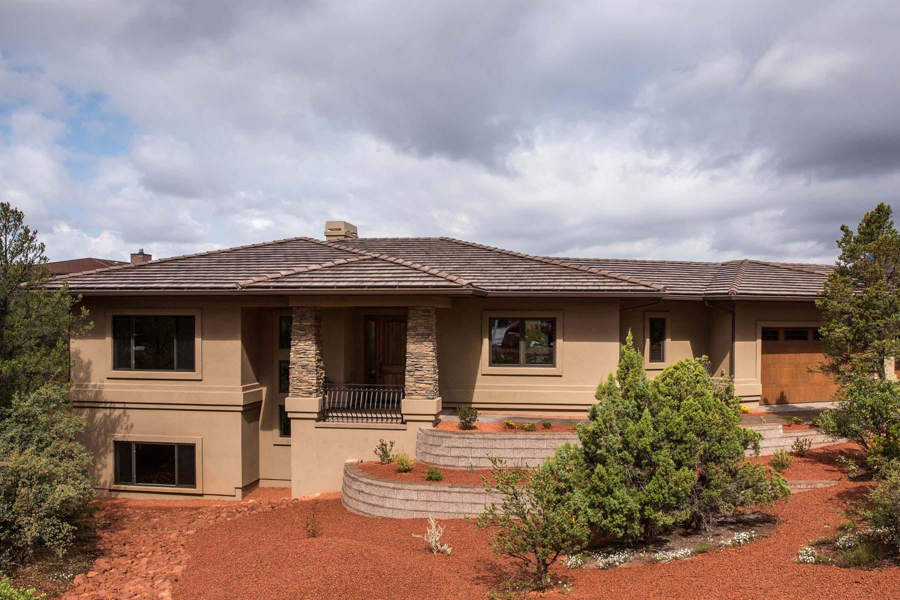 Moradia para Venda às Graced by majestic views of red rock formations. 150 Rimstone Circle Sedona, Arizona 86336 Estados Unidos