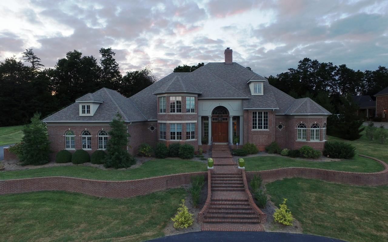 Частный односемейный дом для того Продажа на 2433 Williamsburg Estates Lane Lexington, Кентукки, 40504 Соединенные Штаты
