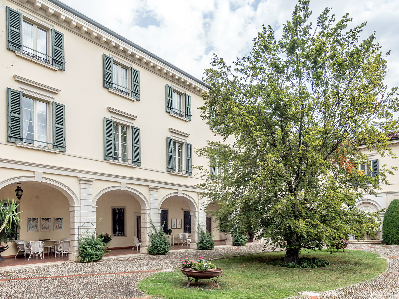 Additional photo for property listing at Historic estate with private park in Franciacorta Brescia Brescia, Brescia 25136 Italien