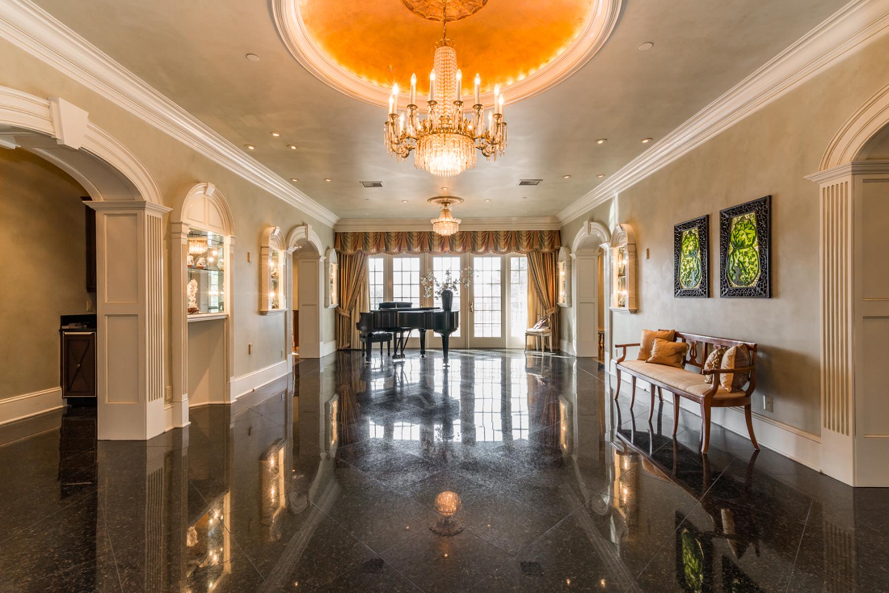 Appartement en copropriété pour l Vente à Incredible Architectural Details In Buckhead Condo 3657 Peachtree Road Unit 5BC Atlanta, Georgia, 30319 États-Unis