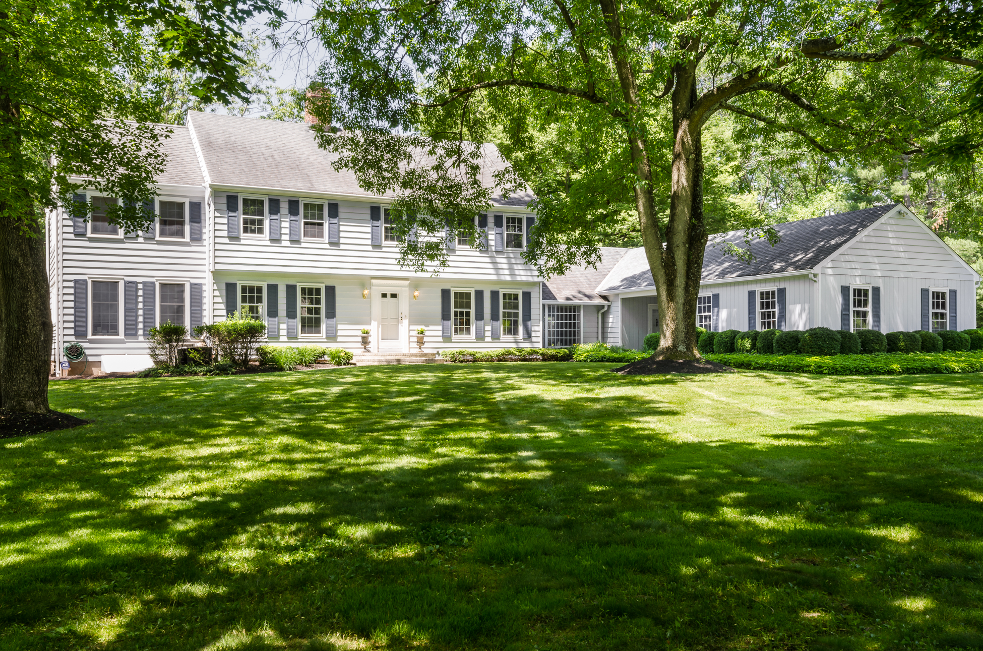 Casa Unifamiliar por un Venta en Dappled Setting in an Exclusive Princeton Enclave 50 Gallup Road Princeton, Nueva Jersey 08540 Estados Unidos