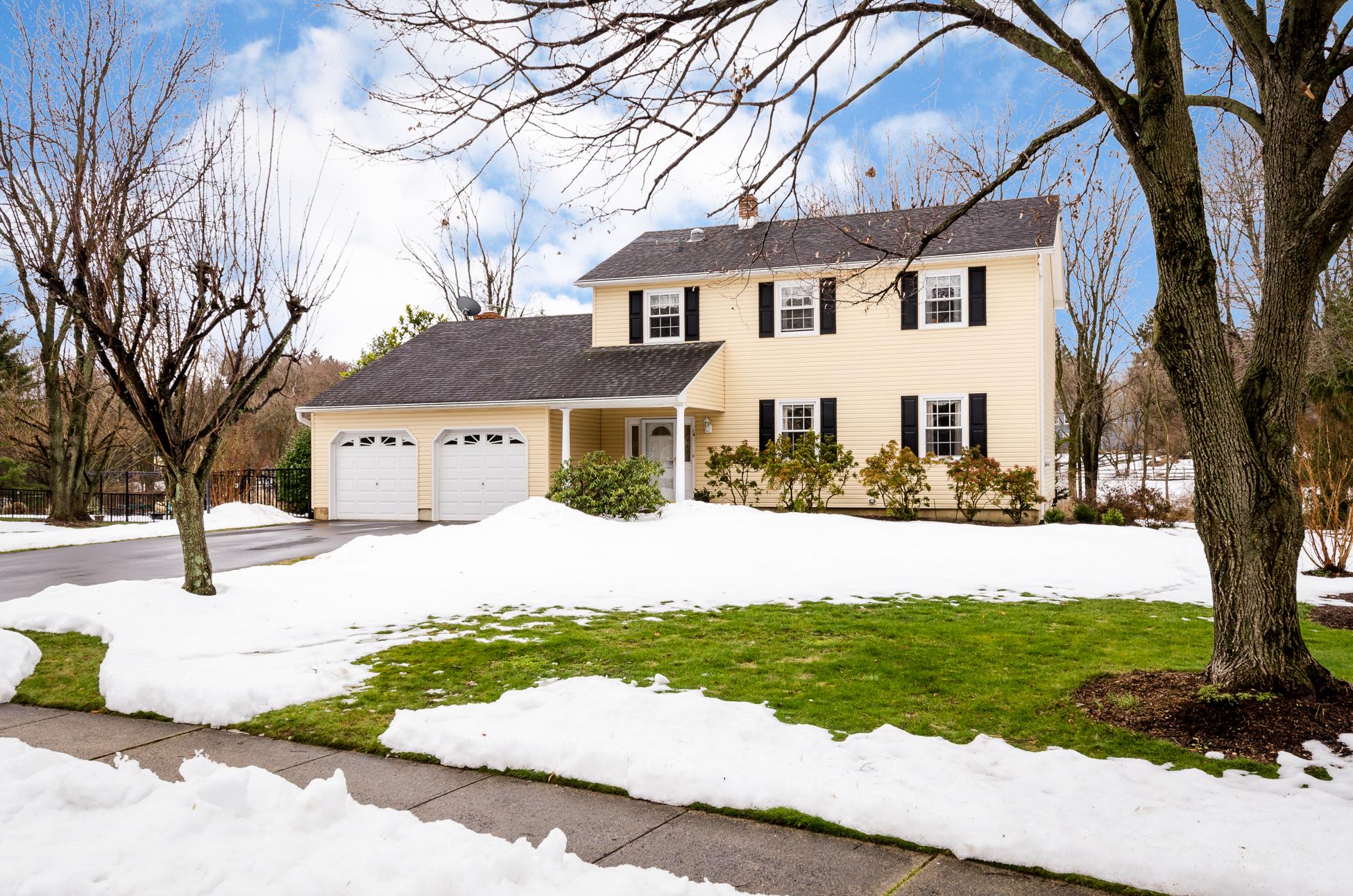 Villa per Vendita alle ore A Commuter's Dream in Pretty Kingston Acres - South Brunswick Township 14 Fairfield Road Princeton, New Jersey 08540 Stati Uniti