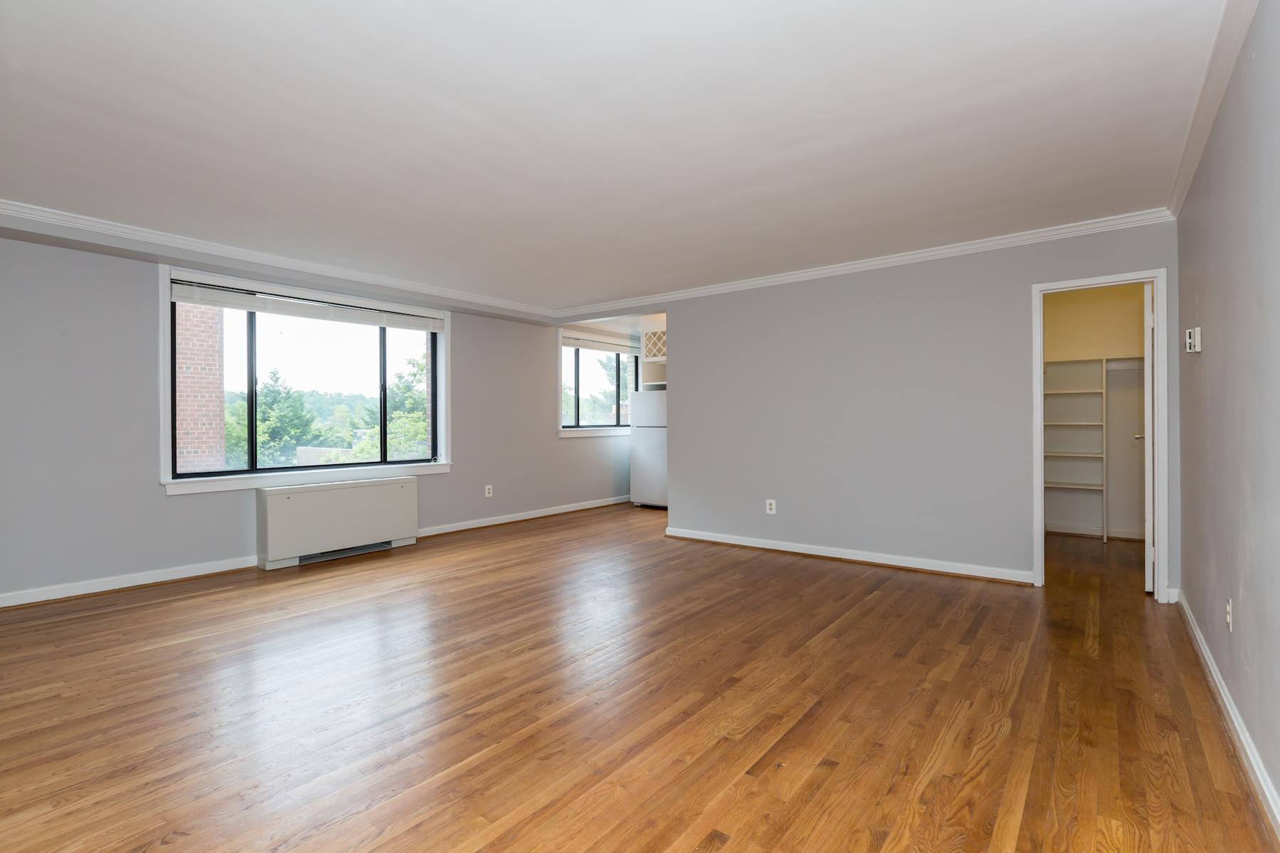 Appartement en copropriété pour l Vente à 5112 MacArthur Blvd #201 5112 Macarthur Blvd 201 Palisades, Washington, District De Columbia, 20016 États-Unis