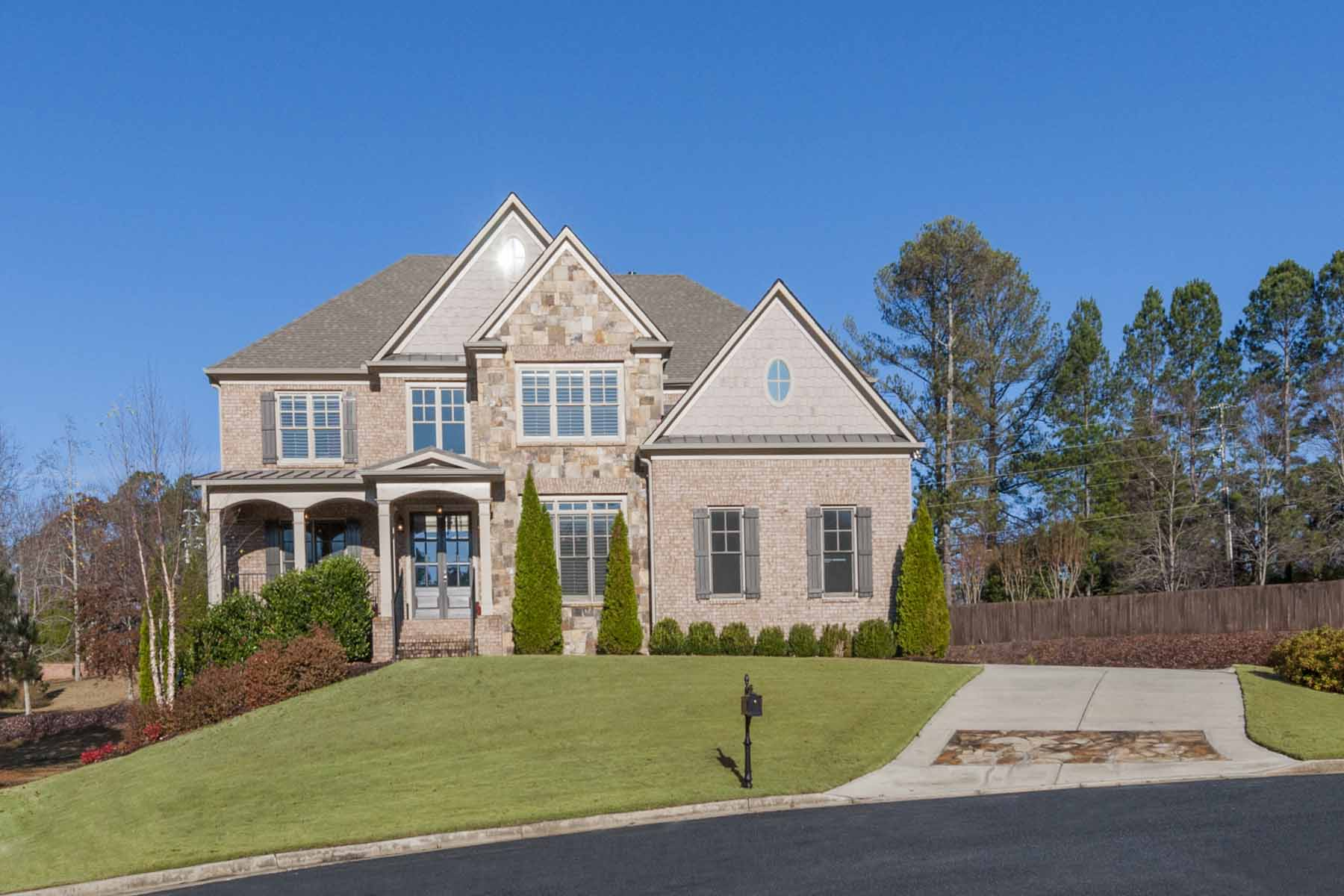 단독 가정 주택 용 매매 에 Desirable Executive Living In North Atlanta 1055 Cascade Run Court Suwanee, 조지아, 30024 미국