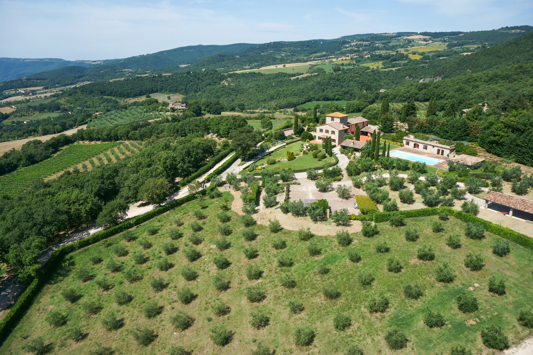 Additional photo for property listing at Magnificent country house with vineyard on the hills of Todi Todi, Perugia Italien