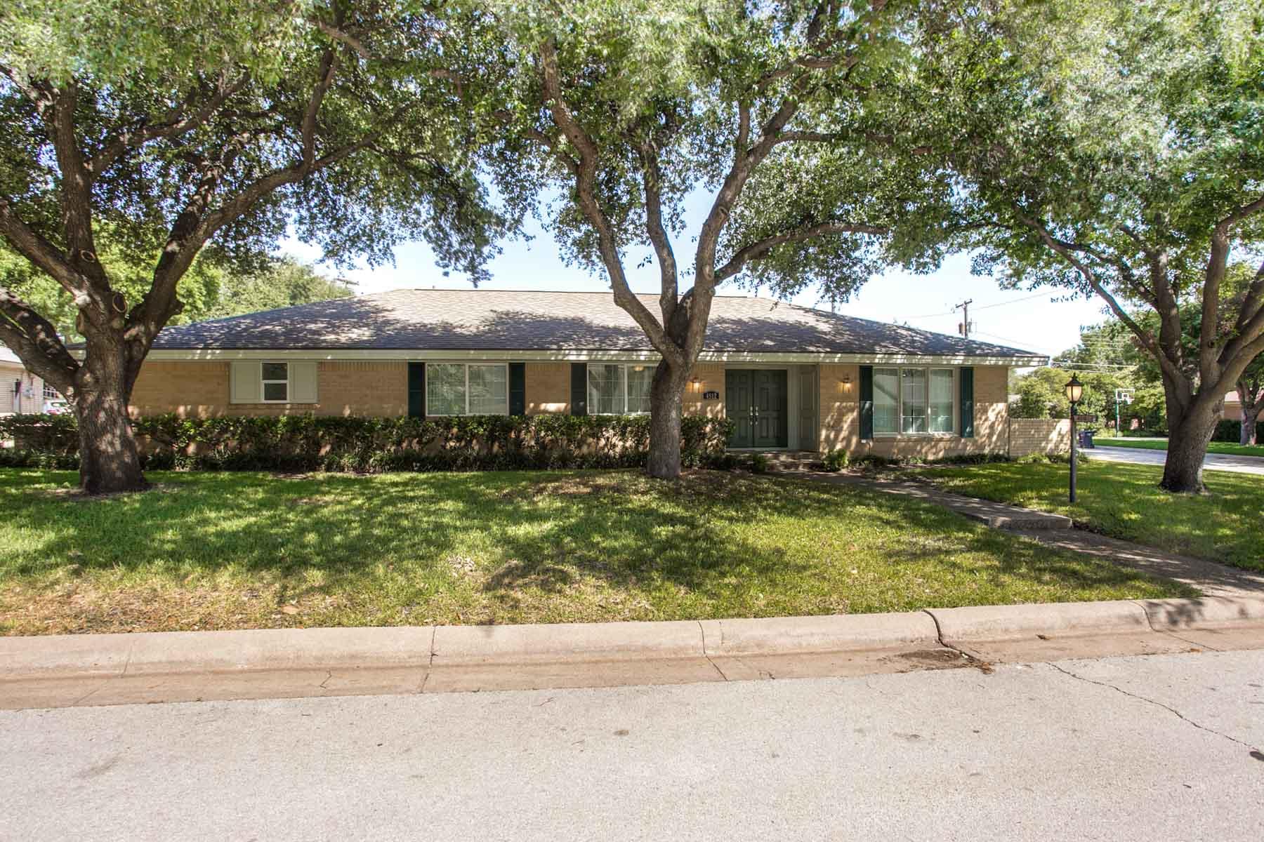 Maison unifamiliale pour l Vente à Tanglewood Traditional 4512 Cloudview Rd Fort Worth, Texas, 76109 États-Unis