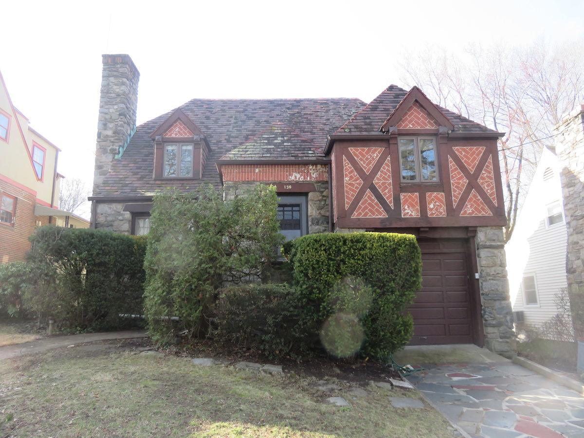 Einfamilienhaus für Verkauf beim STRIKING TUDOR 136 Secor Lane Pelham, New York, 10803 Vereinigte Staaten