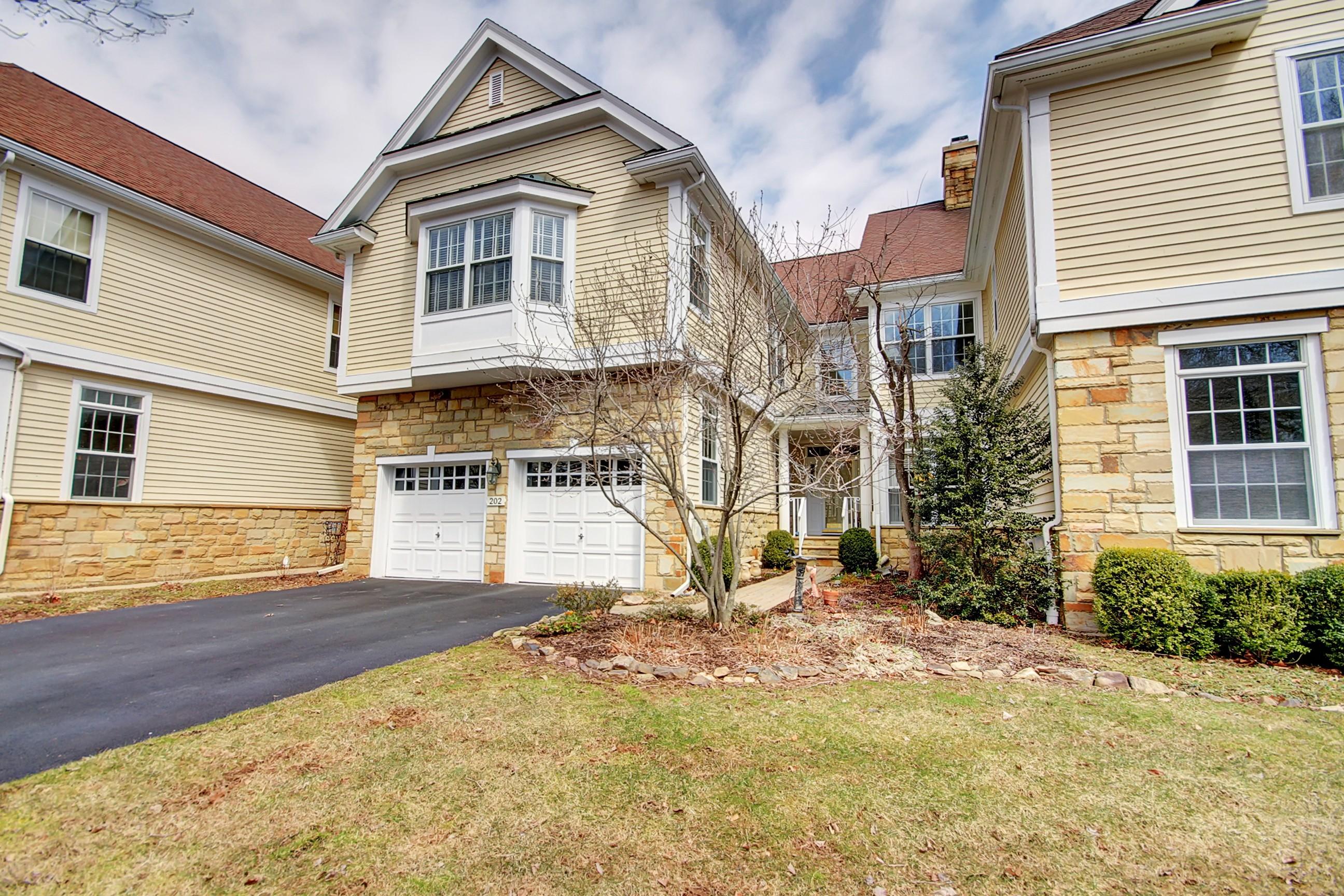 Stadthaus für Verkauf beim Immaculate Lamington Falls Townhome 202 Lindabury Lane Tewksbury Township, New Jersey 07830 Vereinigte Staaten