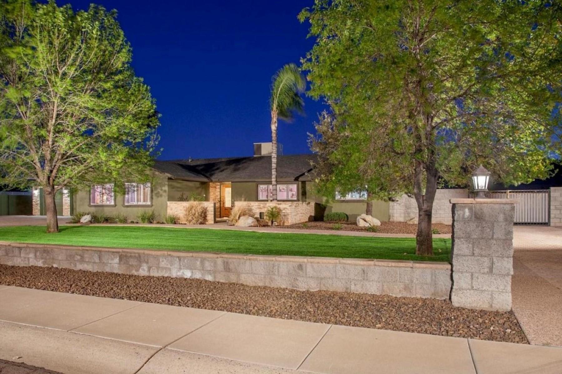 Casa para uma família para Venda às Turnkey Perfect And Located In Popular Sunburst Farms East 5449 E Thunderbird Rd Scottsdale, Arizona 85254 Estados Unidos