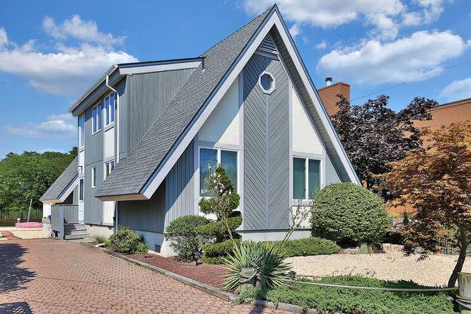 Moradia para Venda às Custom Waterfront Home 64 Lenape Trl Brick, Nova Jersey 08724 Estados Unidos
