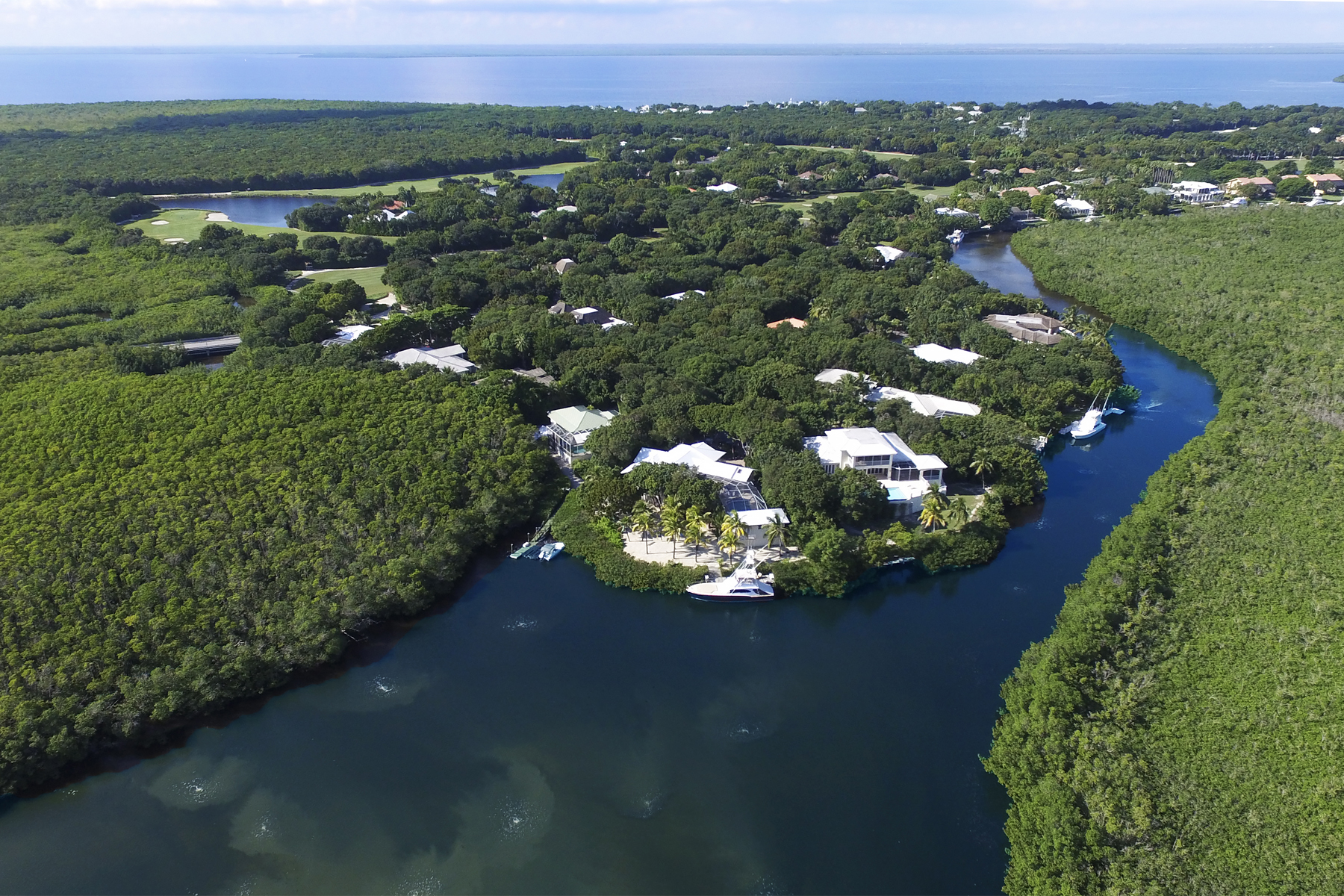 Casa Unifamiliar por un Venta en Waterfront Home at Ocean Reef Offers Wide Canalfront Views 15 North Bridge Lane Key Largo, Florida, 33037 Estados Unidos
