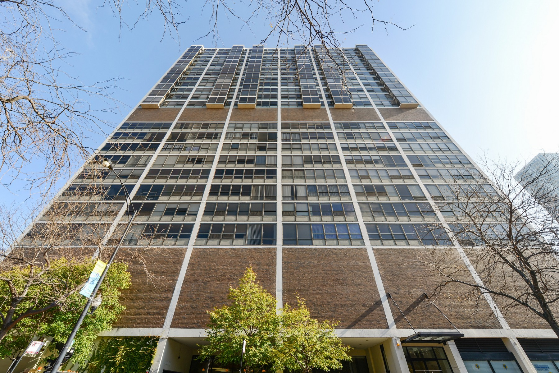 Appartement en copropriété pour l Vente à Sun-drenched Studio Loft 1749 N Wells Street Unit 825 Chicago, Illinois, 60614 États-Unis